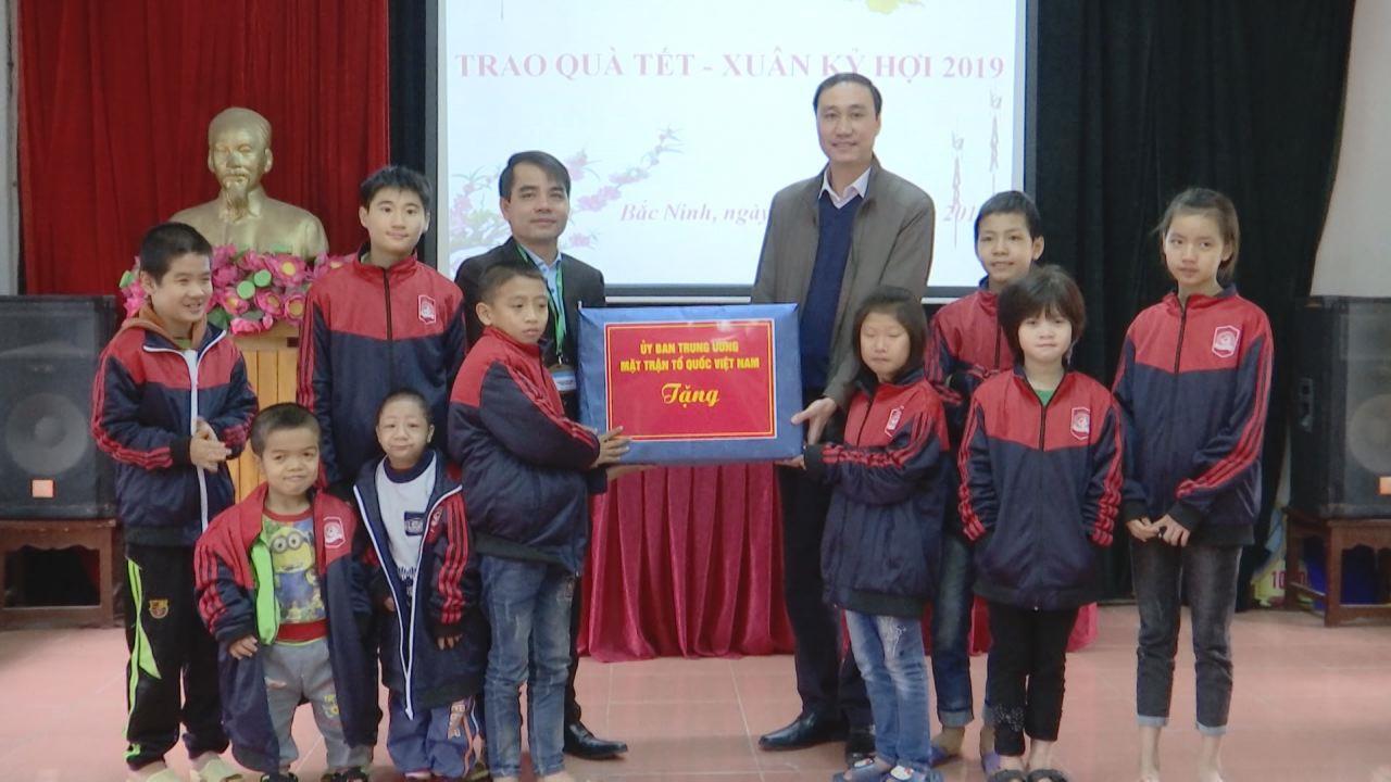Ủy ban Trung ương Mặt trận Tổ quốc Việt Nam tặng quà các đối tượng chính sách tại tỉnh Bắc Ninh