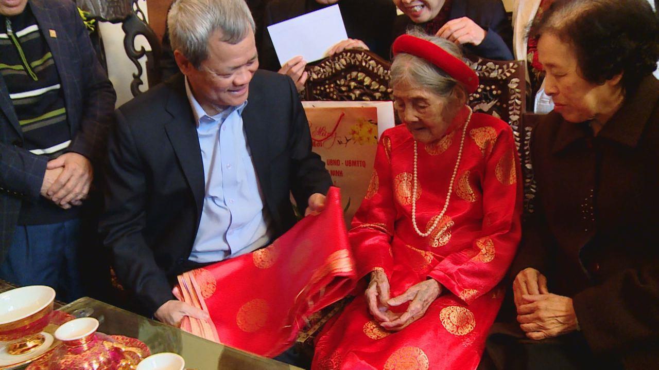 Chủ tịch UBND tỉnh tặng quà tết các gia đình chính sách