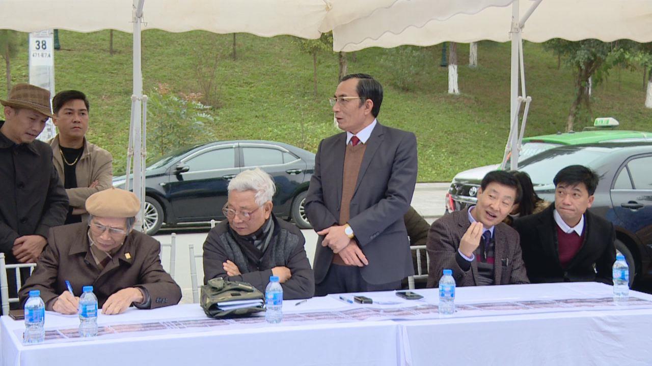 """Họp duyệt phương án dựng thử bức phù điêu """"Theo dòng lịch sử và văn hiến Bắc Ninh – Kinh Bắc"""" tại hiện trường"""