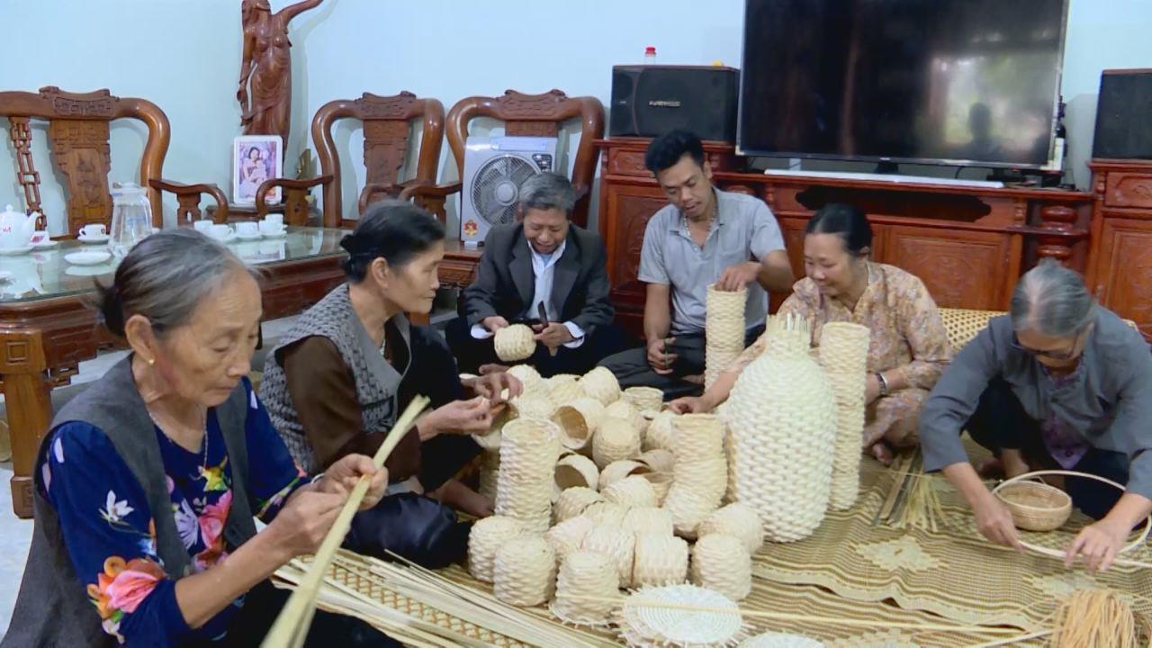 Người giữ lửa nghề mây tre đan ở Xuân Hội, Lạc Vệ