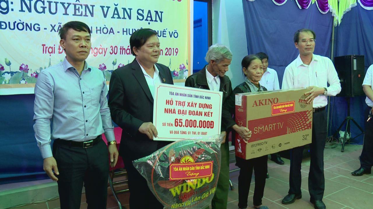 Trao tặng nhà Đại đoàn kết tại huyện Quế Võ