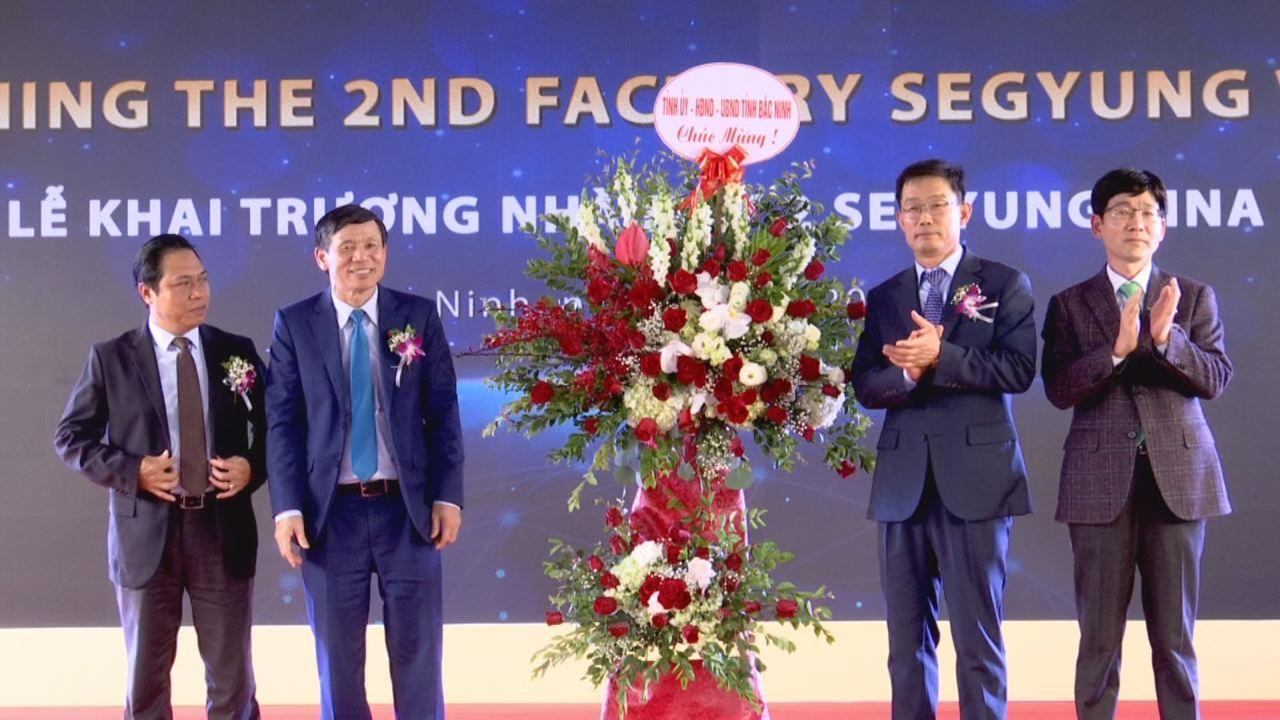 """Đoàn Khối các cơ quan và doanh nghiệp tỉnh  trao tặng Kỷ niệm chương """"Vì thế hệ trẻ"""""""