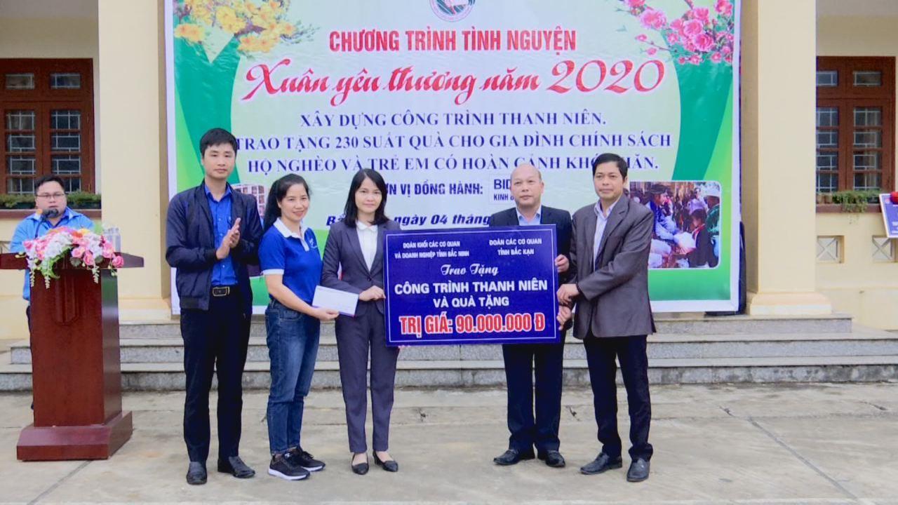 Đoàn Khối các cơ quan và doanh nghiệp tỉnh thăm, tặng quà tại tỉnh Bắc Kạn