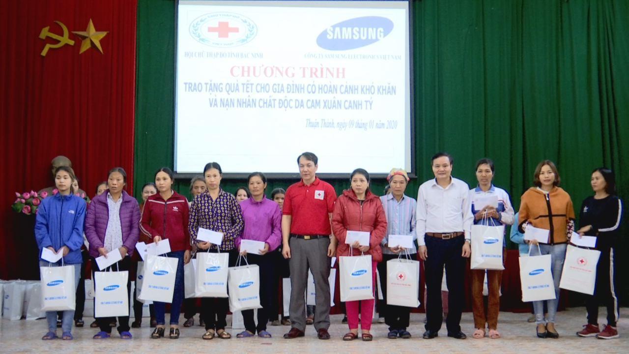 Hội Chữ thập đỏ tỉnh tặng quà Tết tại huyện Thuận Thành