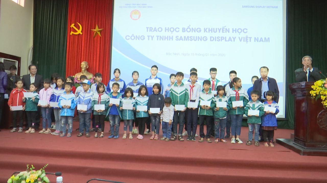 Công ty Samsung Display trao học bổng học sinh có hoàn cảnh khó khăn
