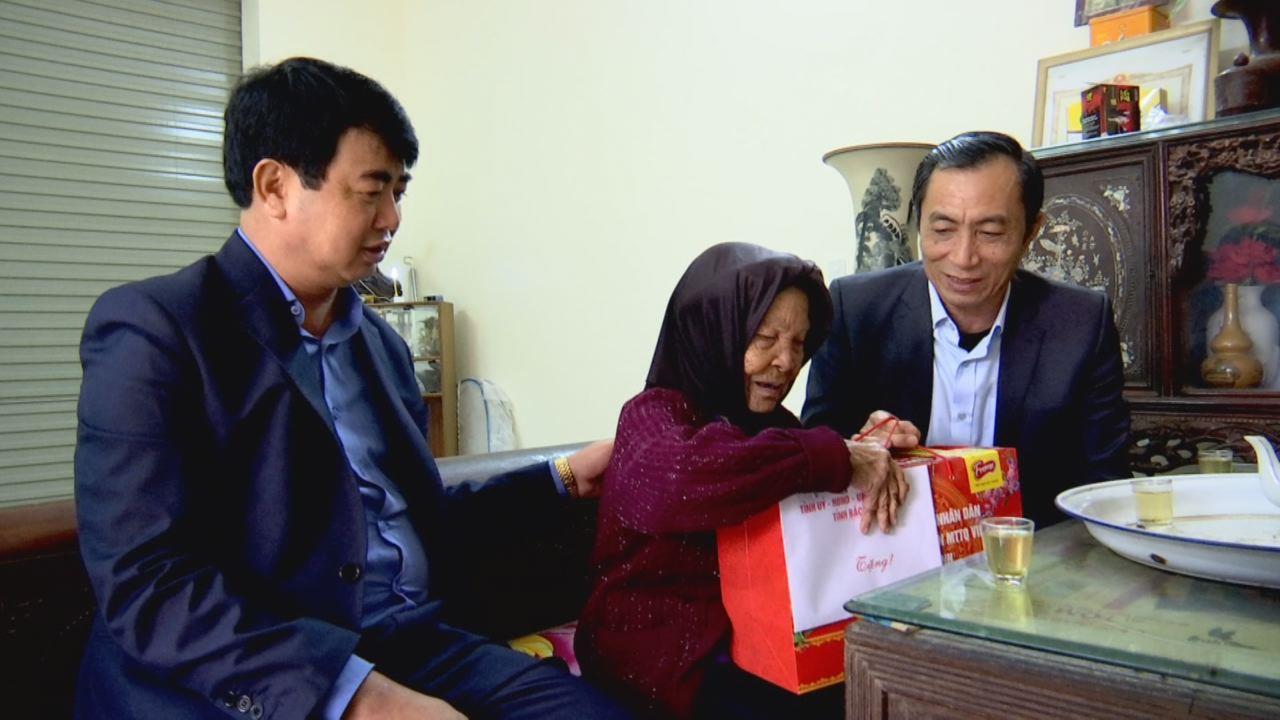 Phó Chủ tịch UBND tỉnh Nguyễn Văn Phong tặng quà Tết tại Lương Tài