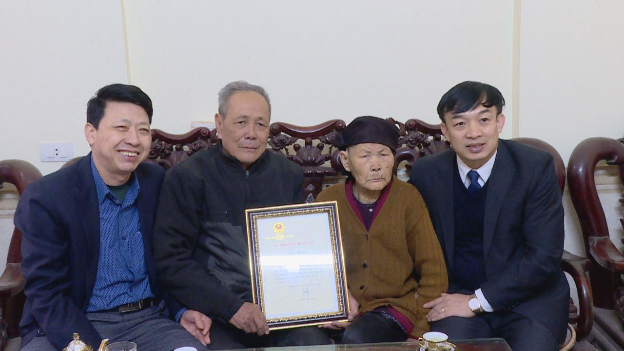 Chủ tịch Ủy ban MTTQ tỉnh tặng quà Tết tại huyện Yên Phong