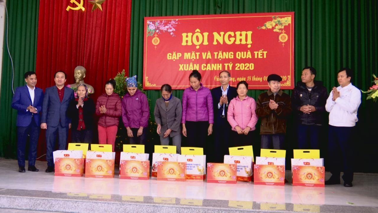Phó Chủ tịch UBND tỉnh Nguyễn Hữu Thành tặng quà Tết tại Tiên Du