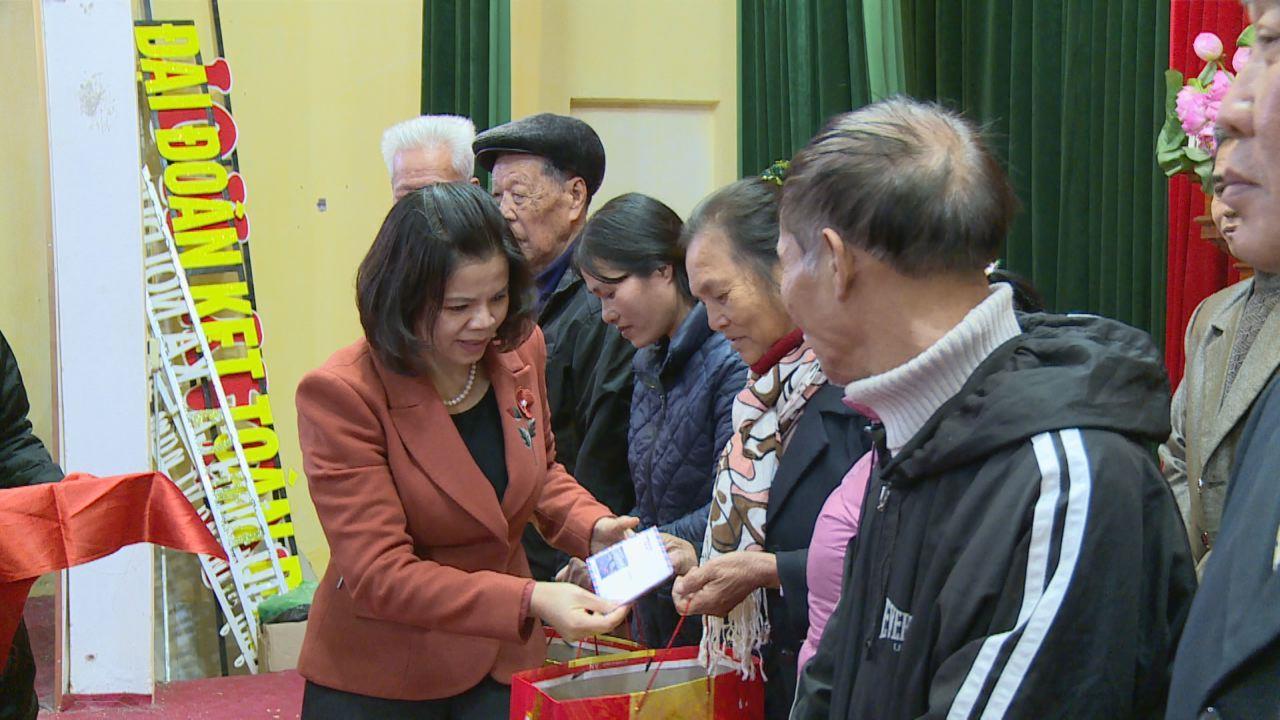 Chủ tịch UBND tỉnh tặng quà Tết cho người có công tại xã Nội Duệ