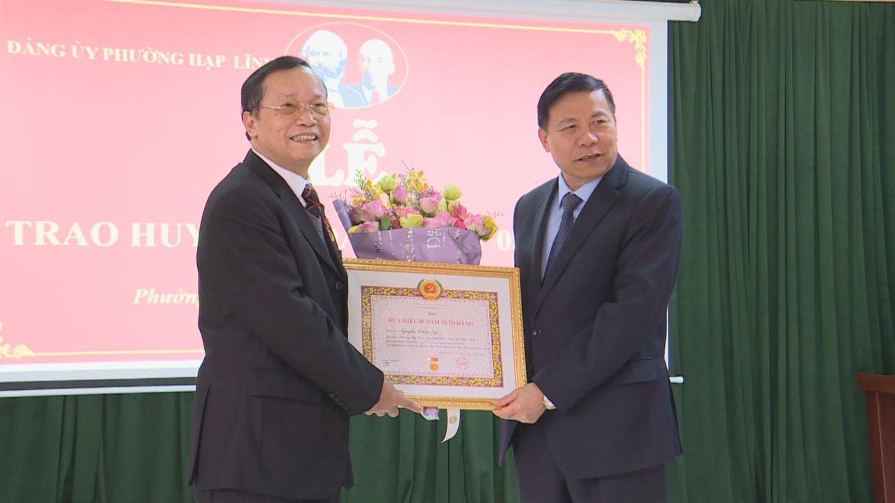 Các đồng chí lãnh đạo tỉnh dự lễ trao tặng Huy hiệu Đảng tại cơ sở