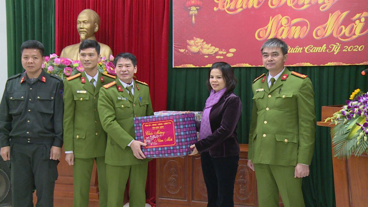 Chủ tịch UBND tỉnh thăm tặng quà lực lượng thường trực an ninh trật tự