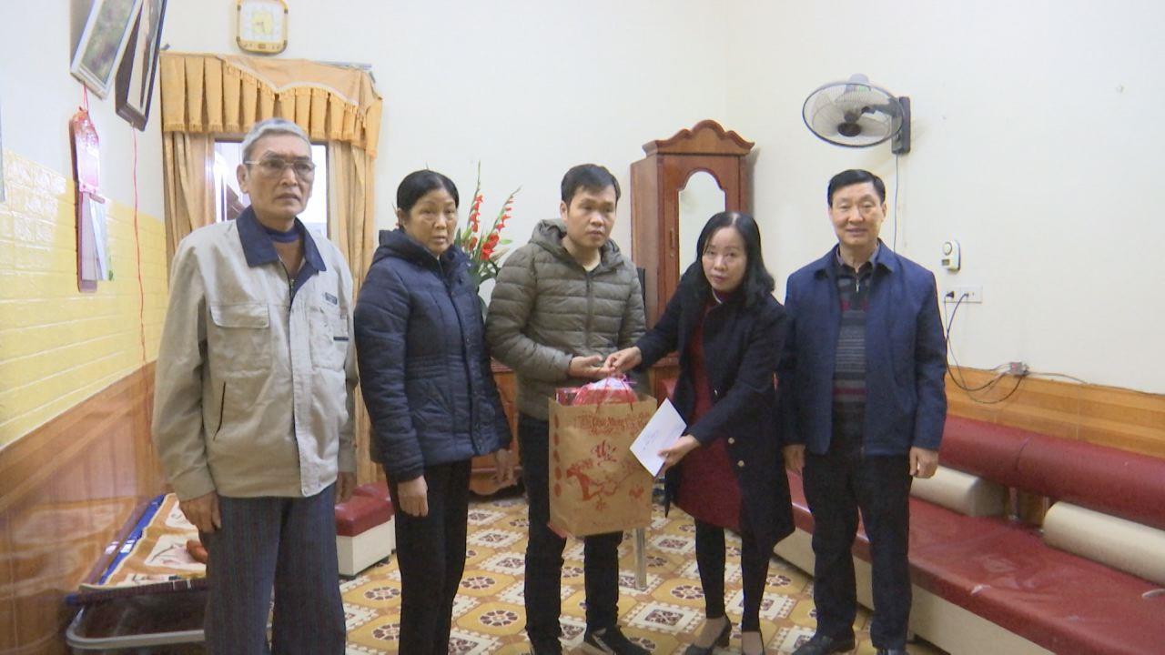 Công đoàn Viên chức tỉnh tặng quà Tết cho đoàn viên có hoàn cảnh khó khăn