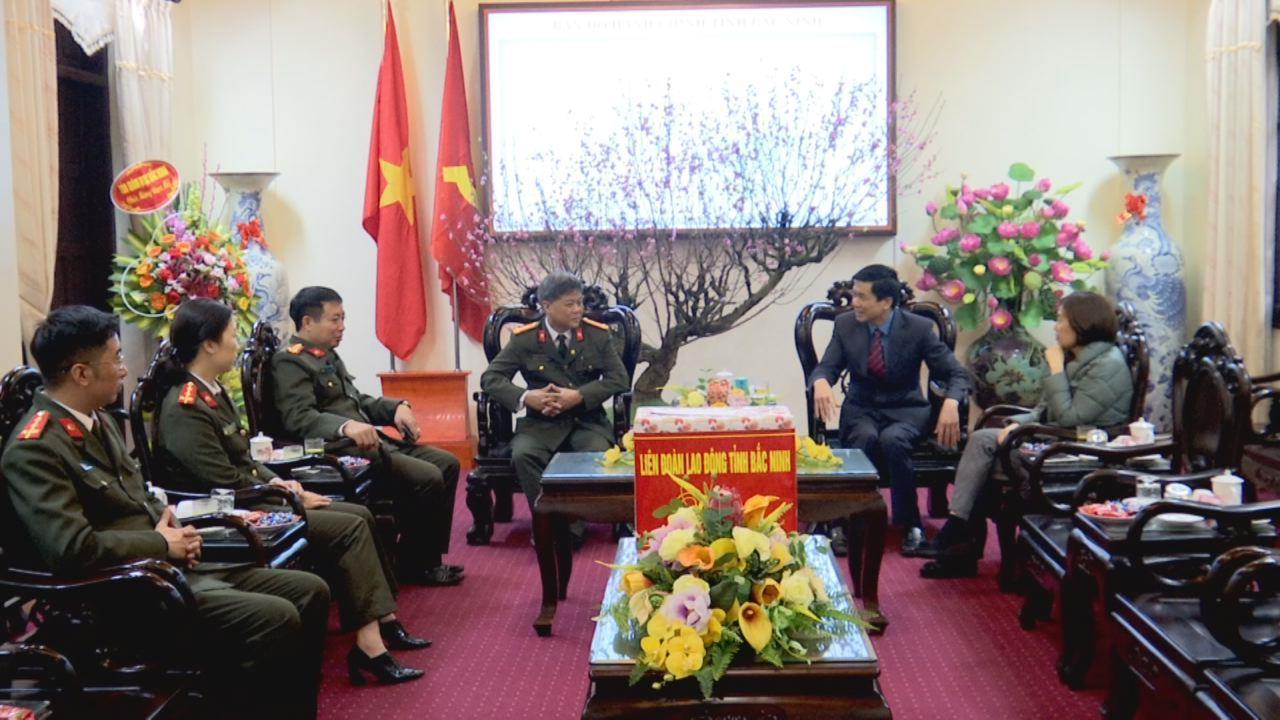 Liên đoàn Lao động tỉnh tặng quà Tết cán bộ, chiến sỹ Công an tỉnh