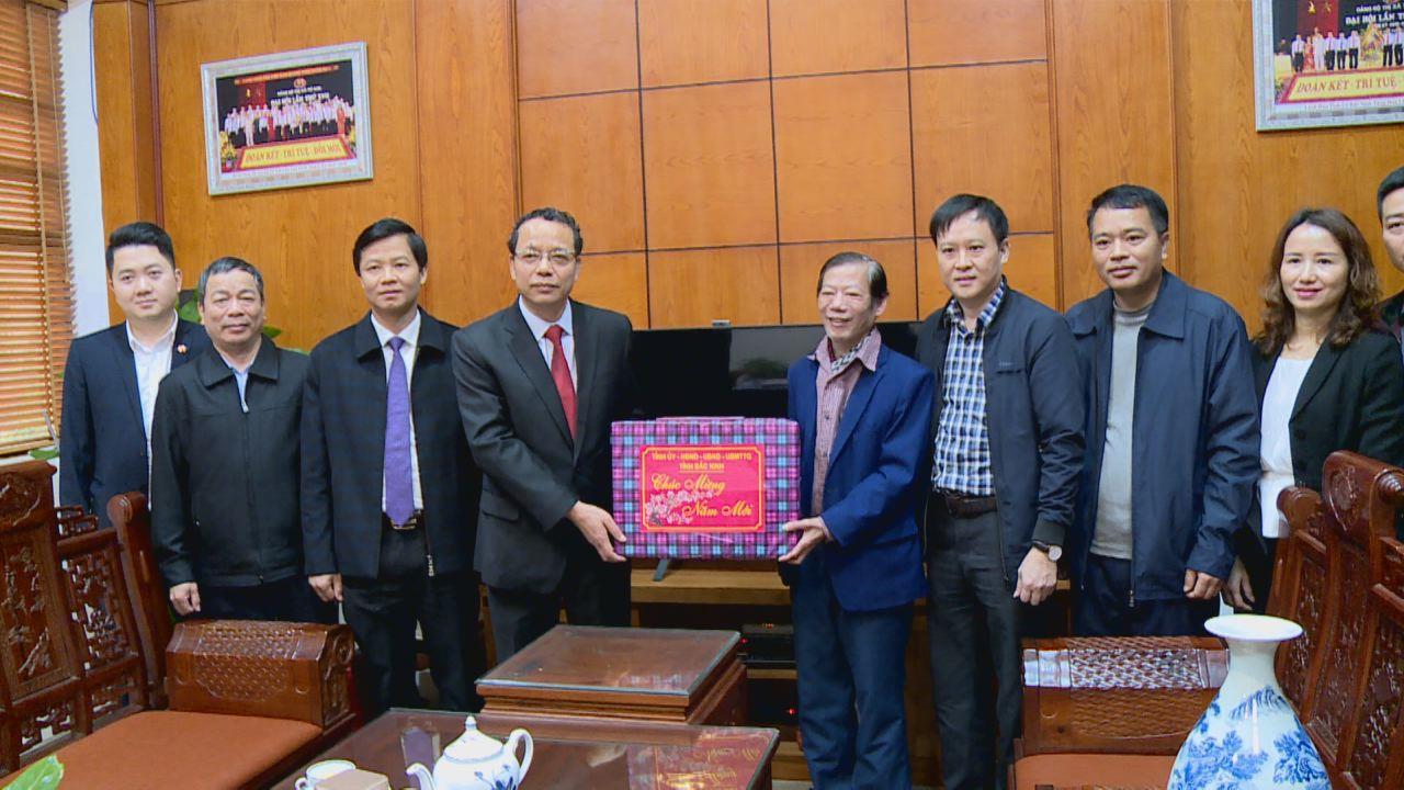Chủ tịch HĐND tỉnh thăm, tặng quà Tết cán bộ, nhân viên Đài PT&TH tỉnh