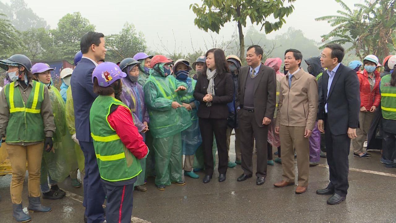 Phó Bí thư Thường trực Tỉnh ủy Đào Hồng Lan thăm, chúc Tết công nhân môi trường