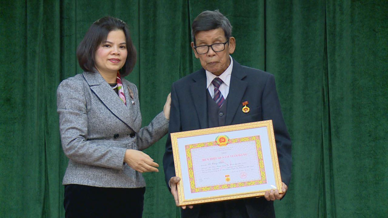 Chủ tịch UBND tỉnh Nguyễn Hương Giang trao Huy hiệu Đảng tại  Đảng bộ xã Nhân Thắng, huyện Gia Bình