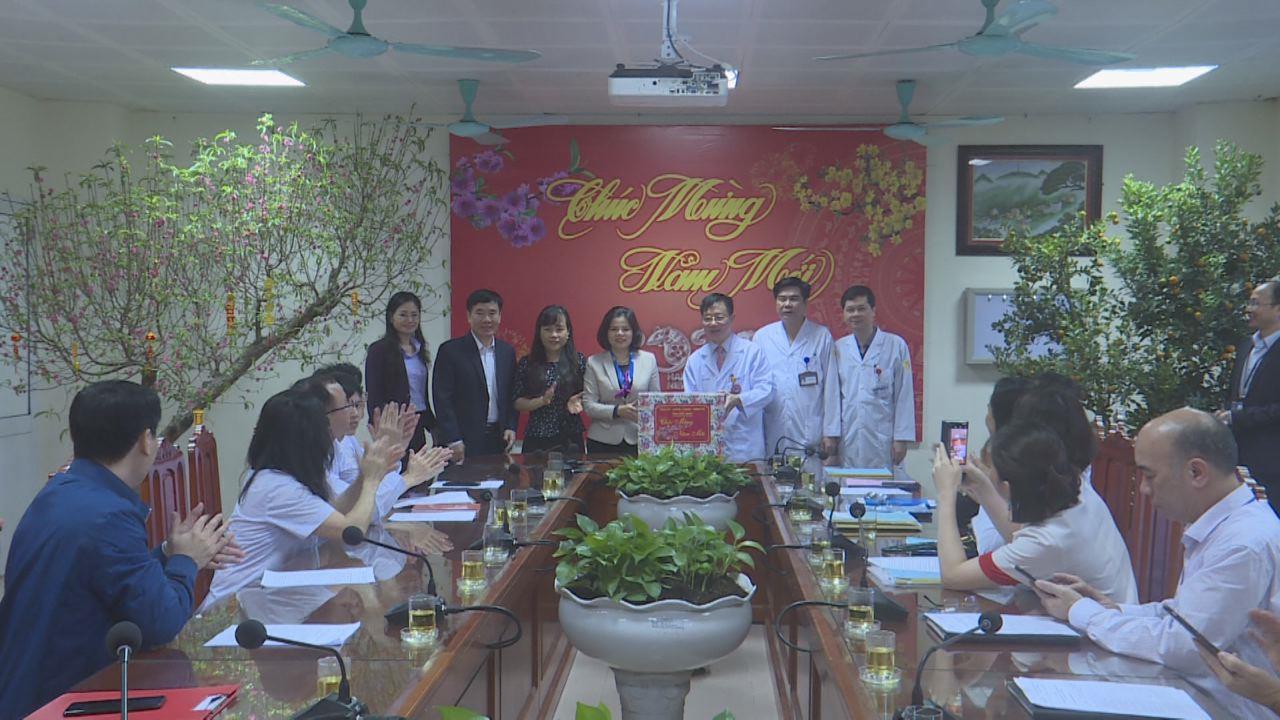 Chủ tịch UBND tỉnh thăm và tặng quà Tết Bệnh viện Sản Nhi tỉnh