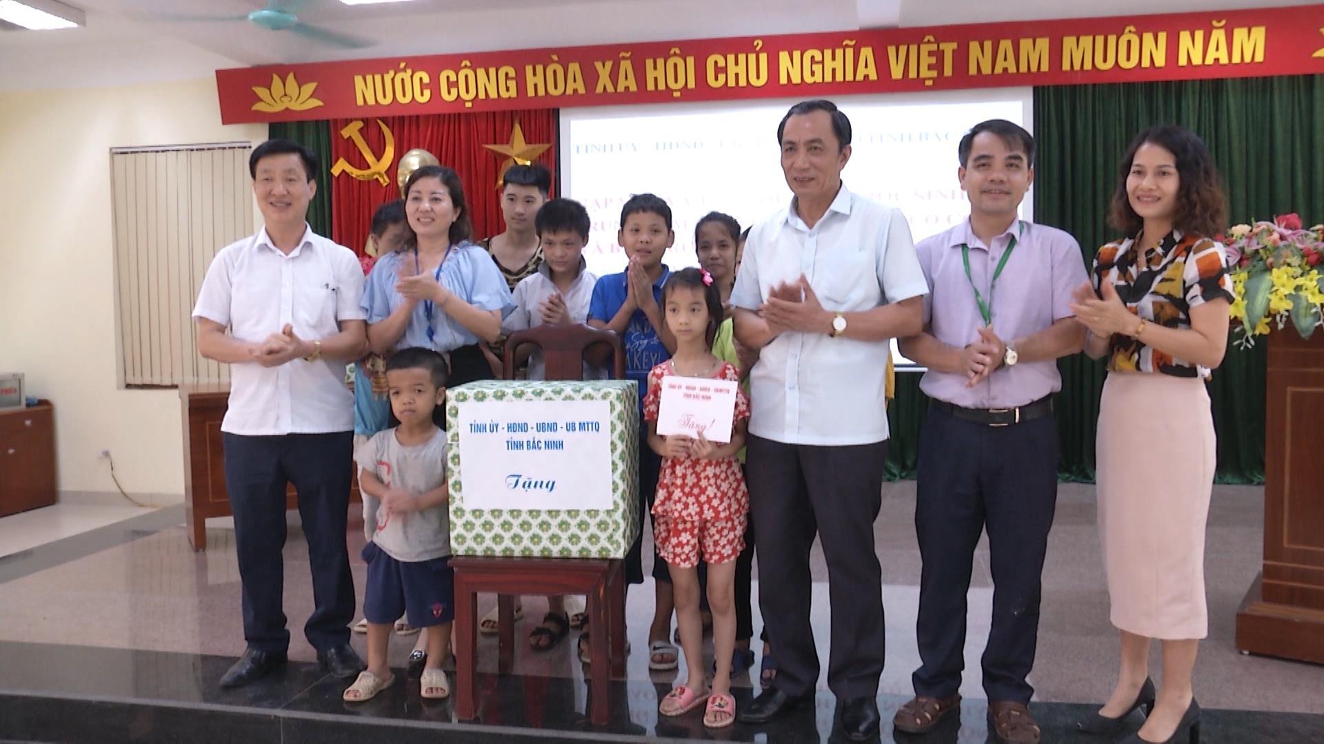 Lãnh đạo tỉnh thăm và tặng quà Trung tâm nuôi dưỡng Người có công và Bảo trợ xã hội tỉnh, Trung tâm Cứu trợ trẻ em Thuận Thành