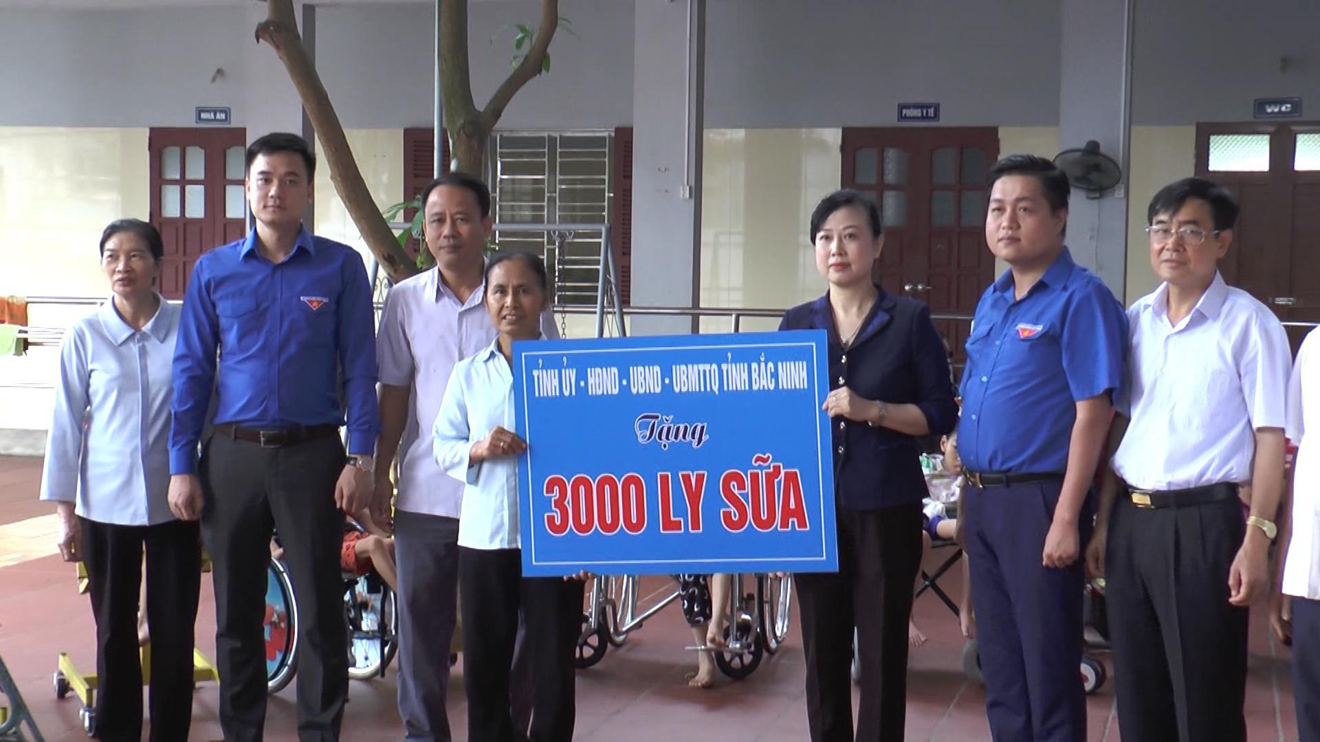 Phó Bí thư Thường trực Tỉnh ủy Đào Hồng Lan  tặng quà trẻ em tại Nhà tình thương Hương La