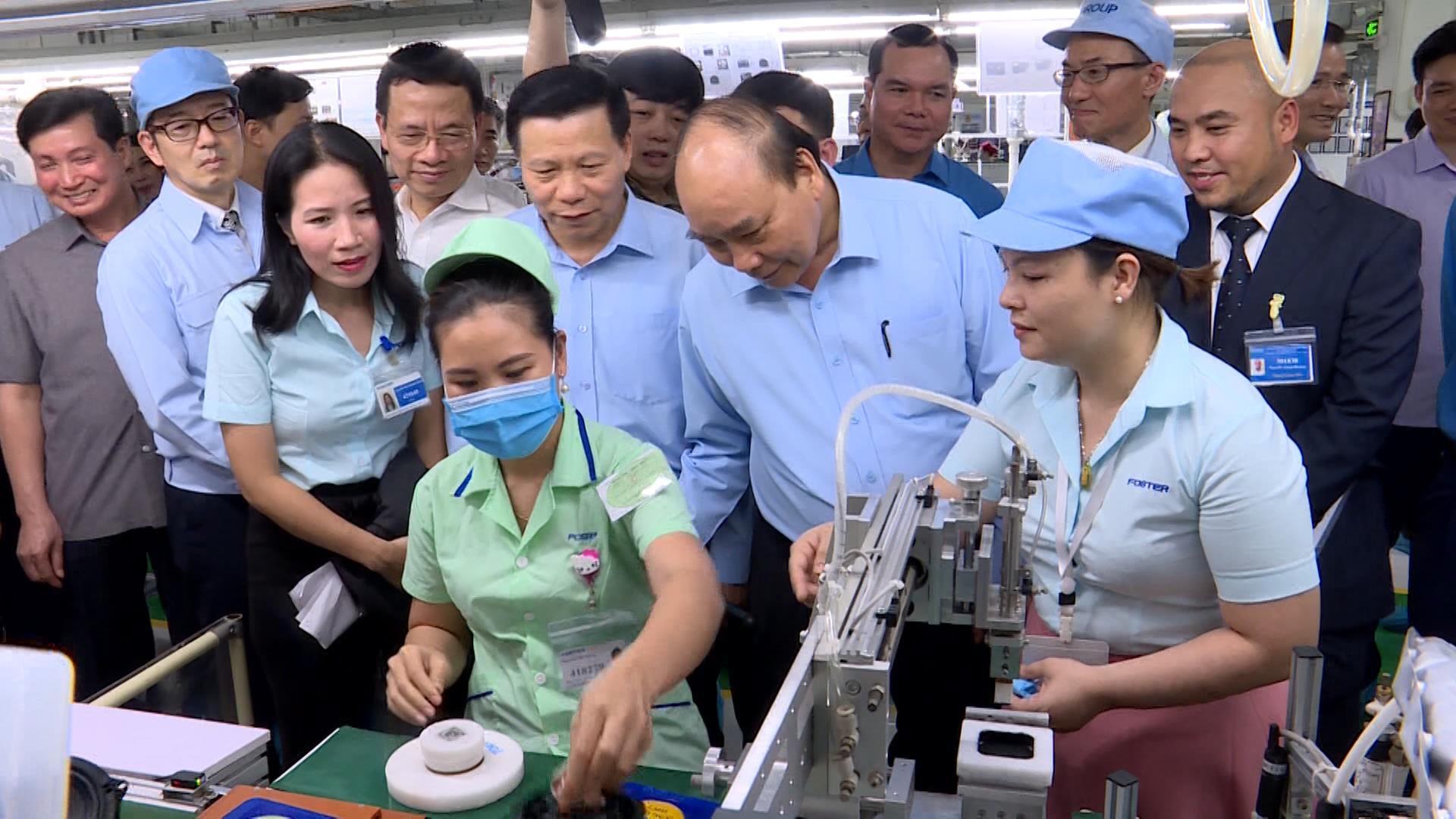 Thủ tướng Chính phủ thăm, làm việc và tặng quà công nhân lao động Công ty Foster Việt Nam
