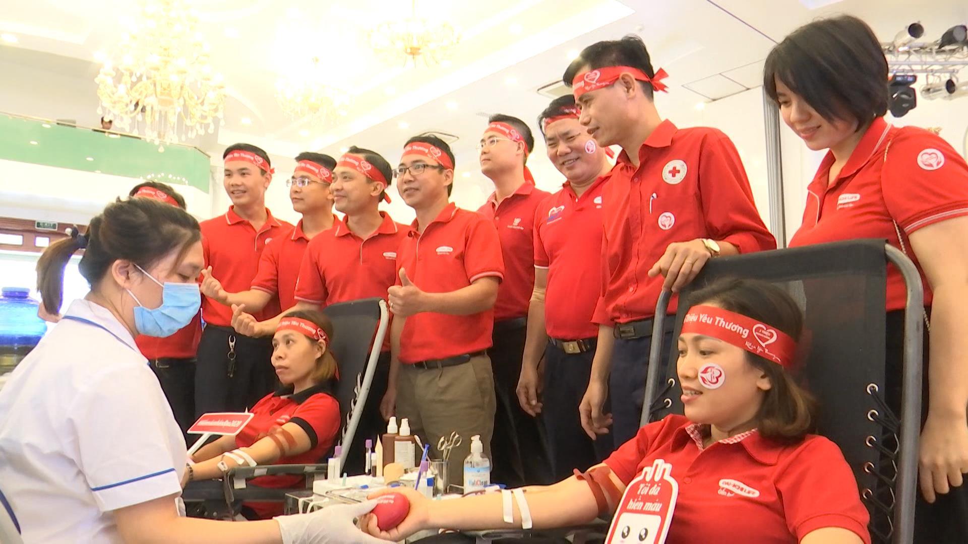 Hơn 300 tình nguyện viên Dai-ichi Life Việt Nam hiến máu nhân đạo