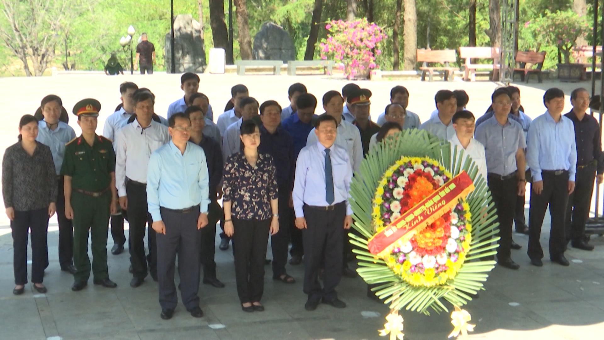 Đoàn cán bộ chủ chốt tỉnh viếng nghĩa trang liệt sĩ tại Quảng Trị