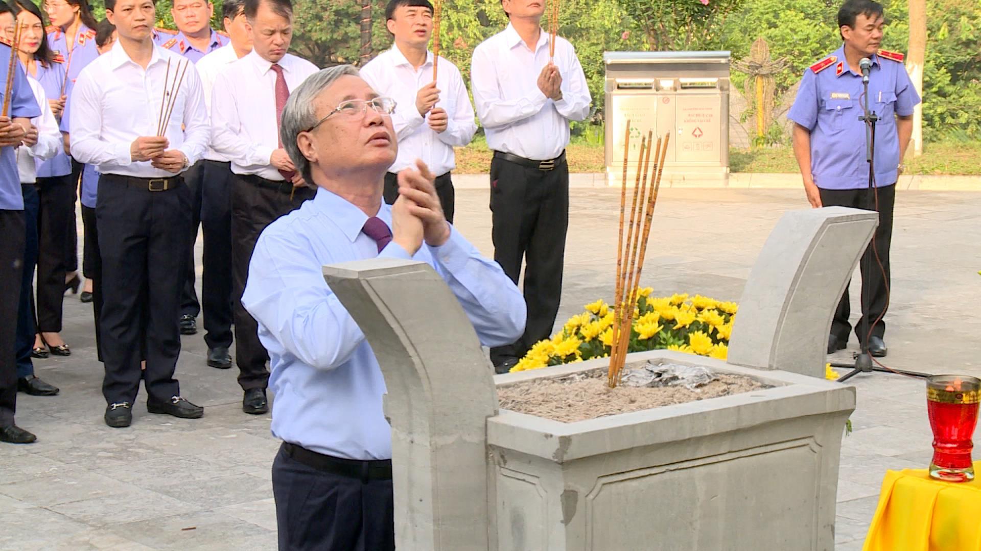 Thường trực Ban Bí thư Trung ương đảng Trần Quốc Vượng làm việc  với Thường trực Tỉnh ủy và dâng hương đồng chí Hoàng Quốc Việt