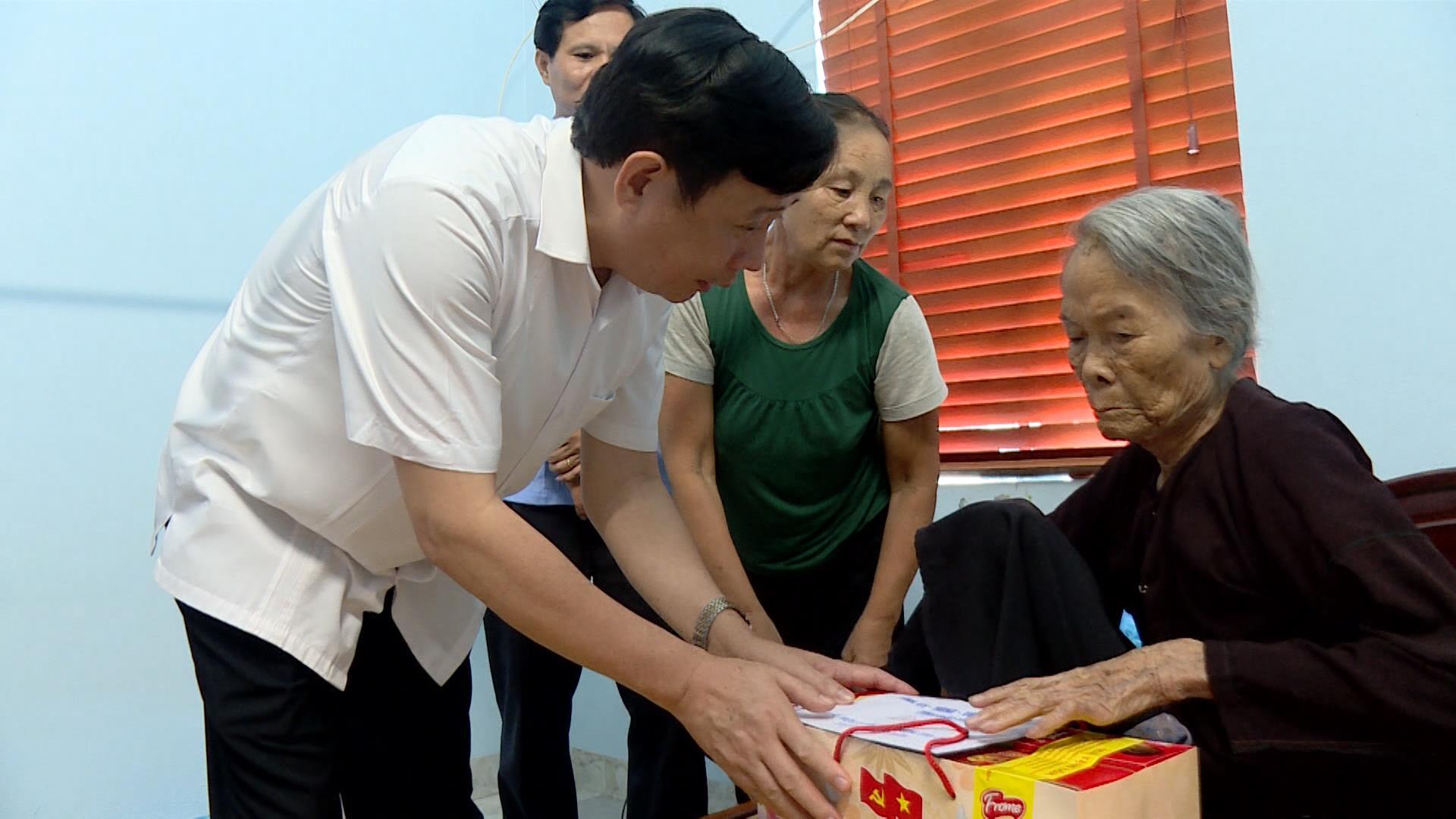 Đồng chí Nguyễn Hạnh Chung thăm tặng quà ngày Thương binh liệt sỹ