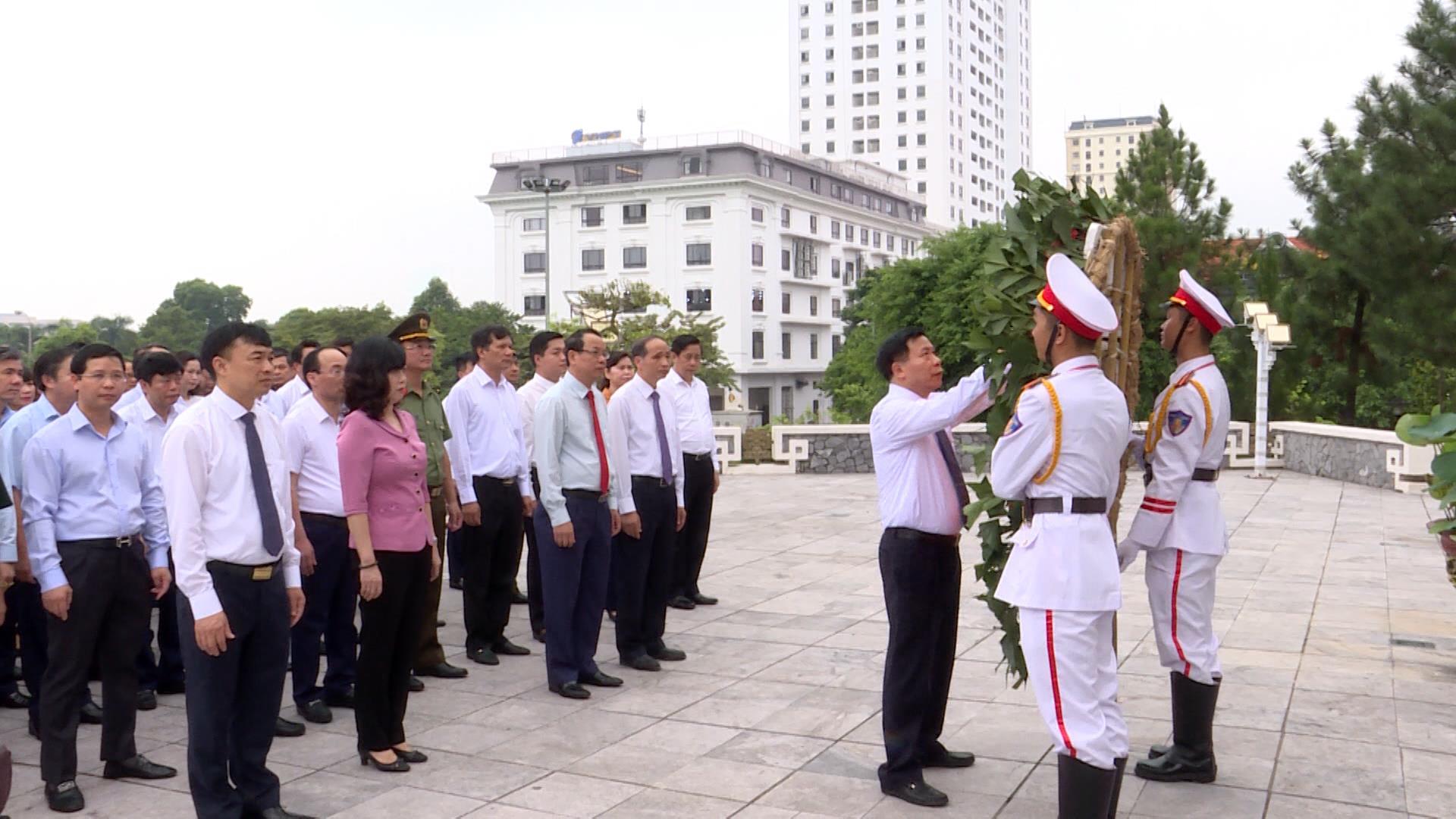 Lãnh đạo tỉnh dâng hương tại Đài tưởng niệm các Anh hùng liệt sỹ tỉnh