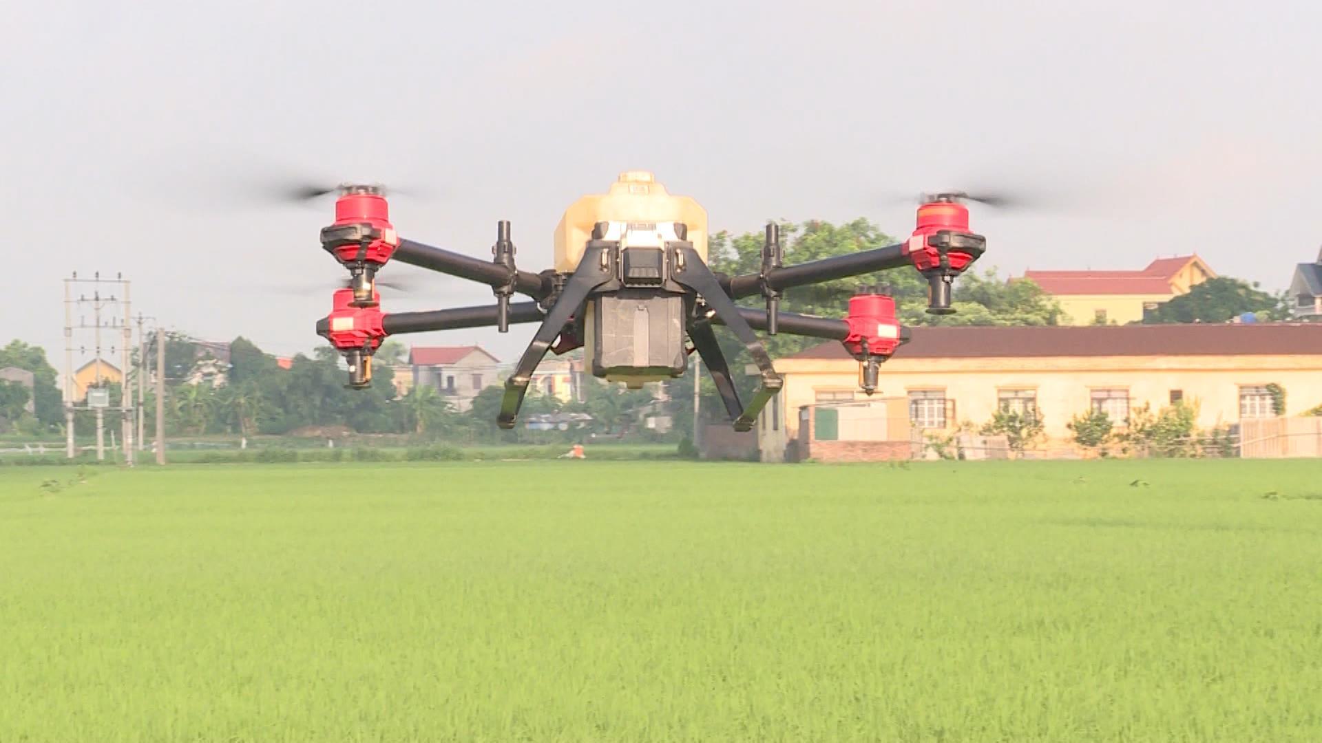 Trình diễn phun thuốc bảo vệ thực vật bằng máy bay không người lái