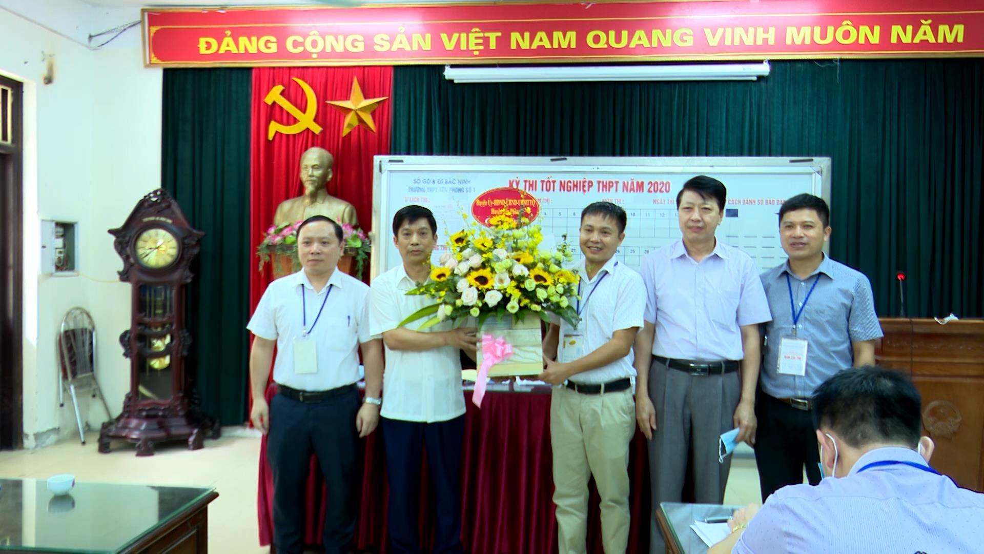 Lãnh đạo huyện Yên Phong kiểm tra, chúc mừng  các Hội đồng thi tốt nghiệp THPT trên địa bàn
