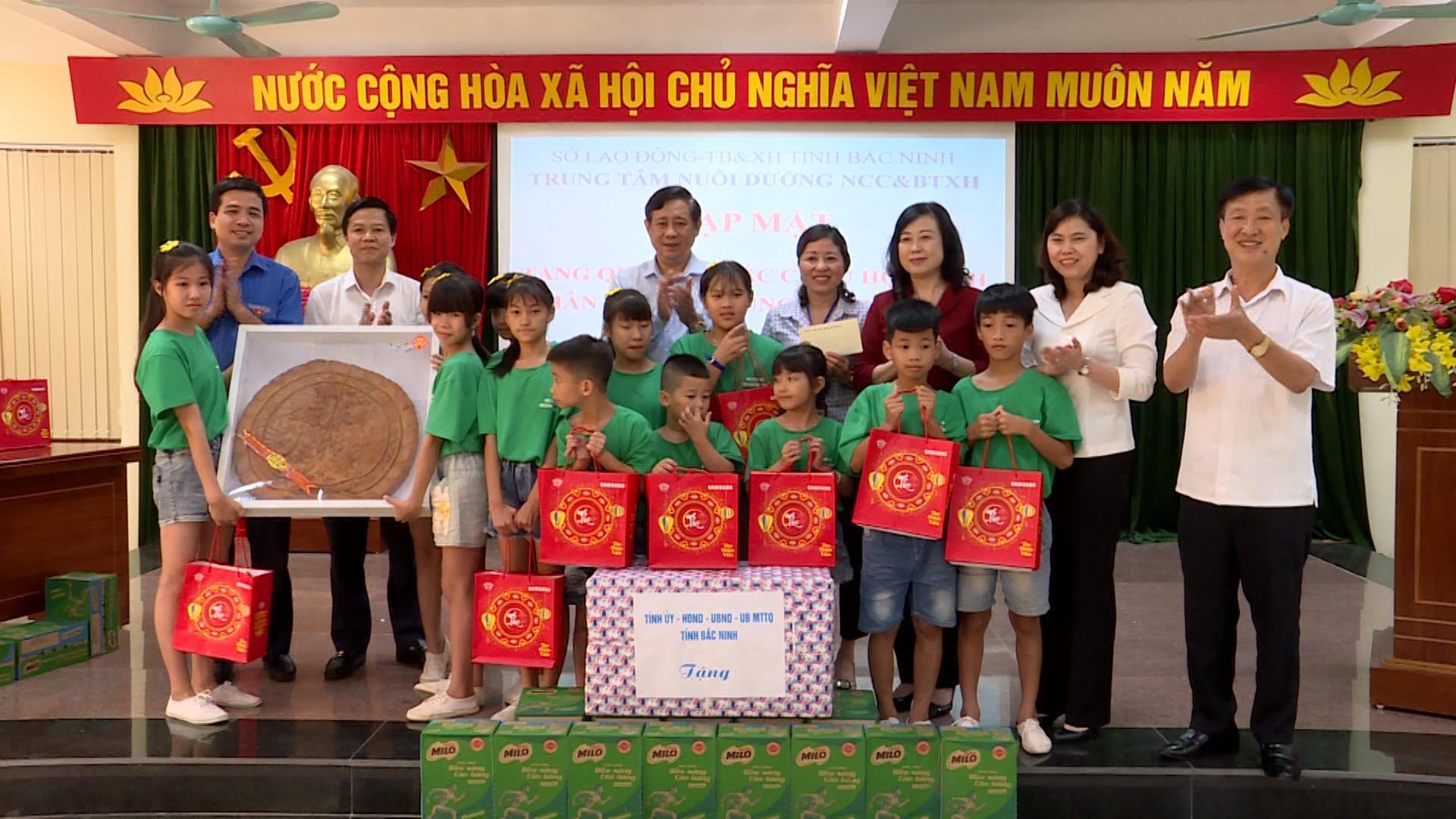 Bí thư Tỉnh ủy tặng quà thiếu nhi Trung tâm nuôi dưỡng người có công và Bảo trợ xã hội