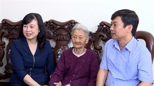 Các đồng chí lãnh đạo tỉnh tặng quà người cao tuổi