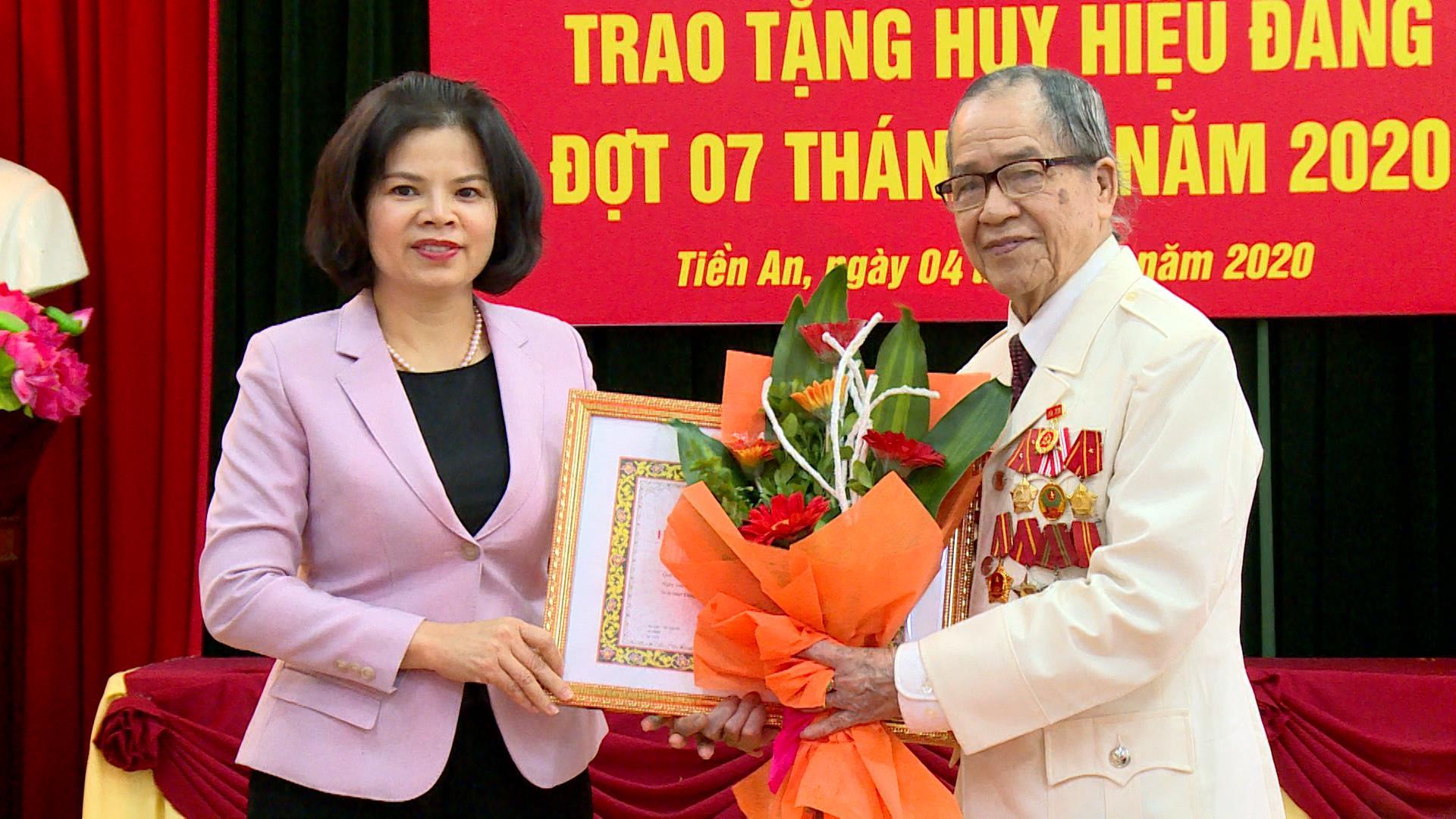 Chủ tịch UBND tỉnh trao Huy hiệu Đảng tại phường Tiền An, Tp Bắc Ninh