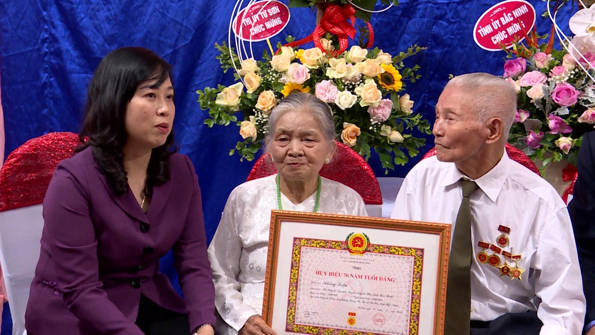 Bí thư Tỉnh ủy trao Huy hiệu 70 năm tuổi Đảng