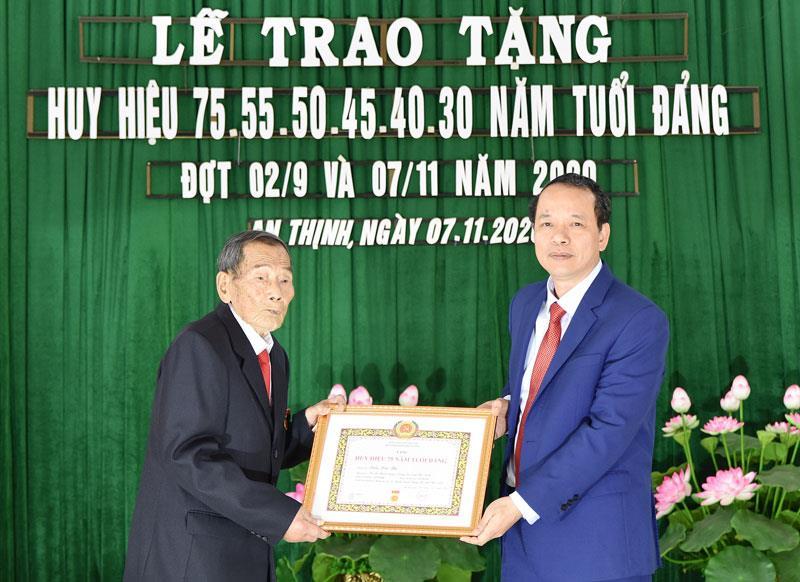 Phó Bí thư Thường trực Tỉnh ủy, Chủ tịch HĐND tỉnh trao Huy hiệu Đảng, kiểm tra sản xuất tại huyện Lương Tài