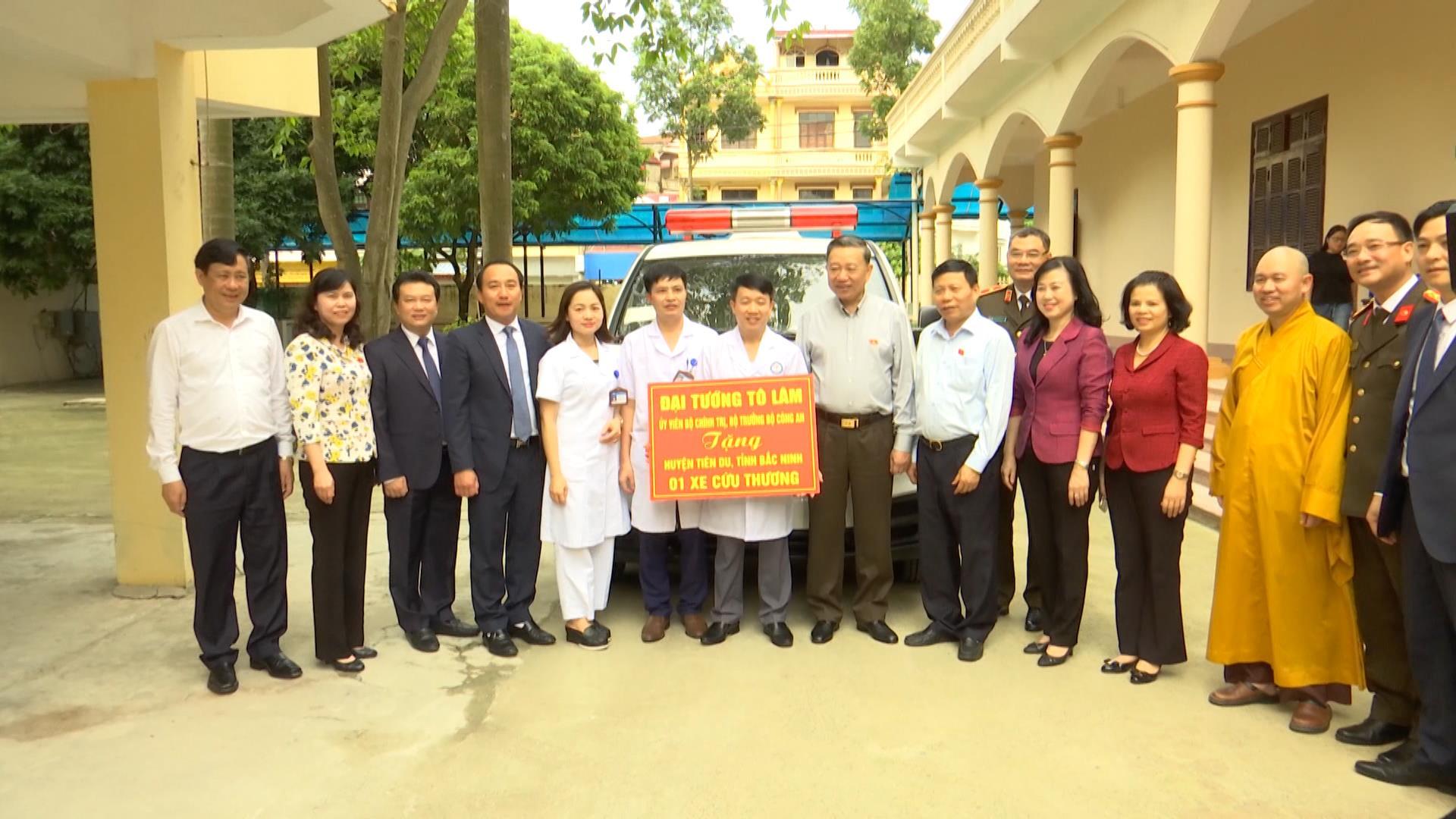 Bộ trưởng Bộ Công an tặng xe cứu thương cho Trung tâm Y tế huyện Tiên Du