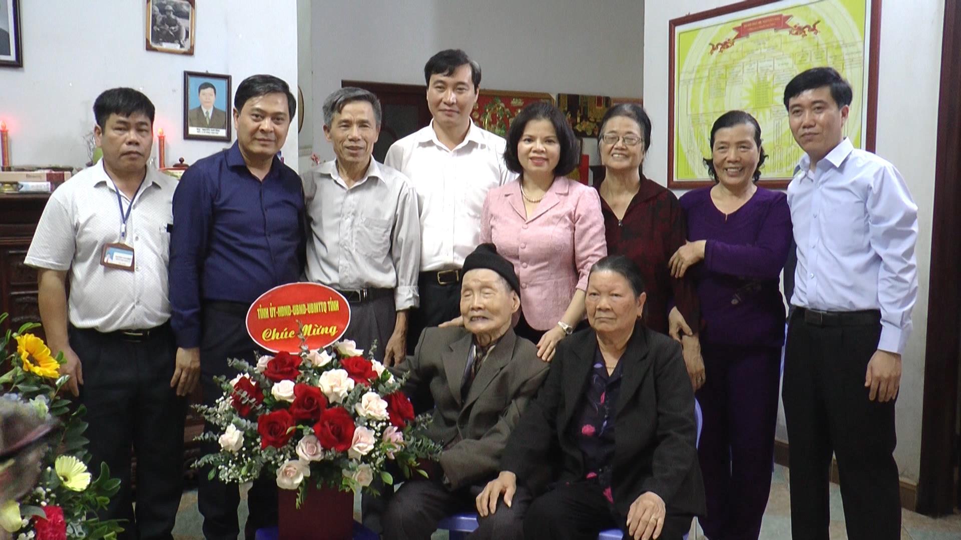 Chủ tịch UBND tỉnh Nguyễn Hương Giang thăm, chúc mừng  nhà giáo cao tuổi nhân ngày 20/11