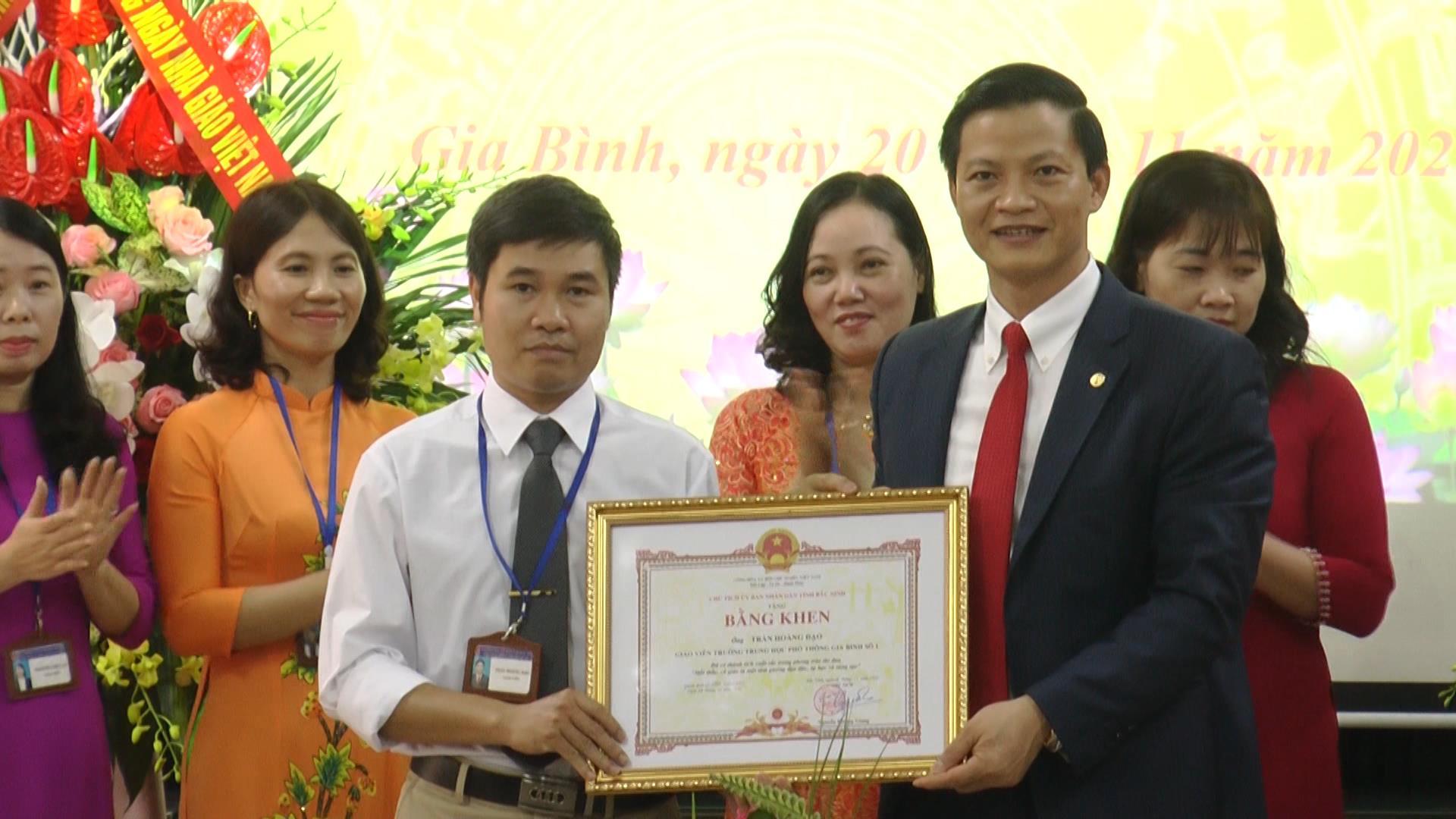 Phó Chủ tịch Thường trực UBND tỉnh chúc mừng  ngày Nhà giáo Việt Nam tại Trường THPT Gia Bình số I