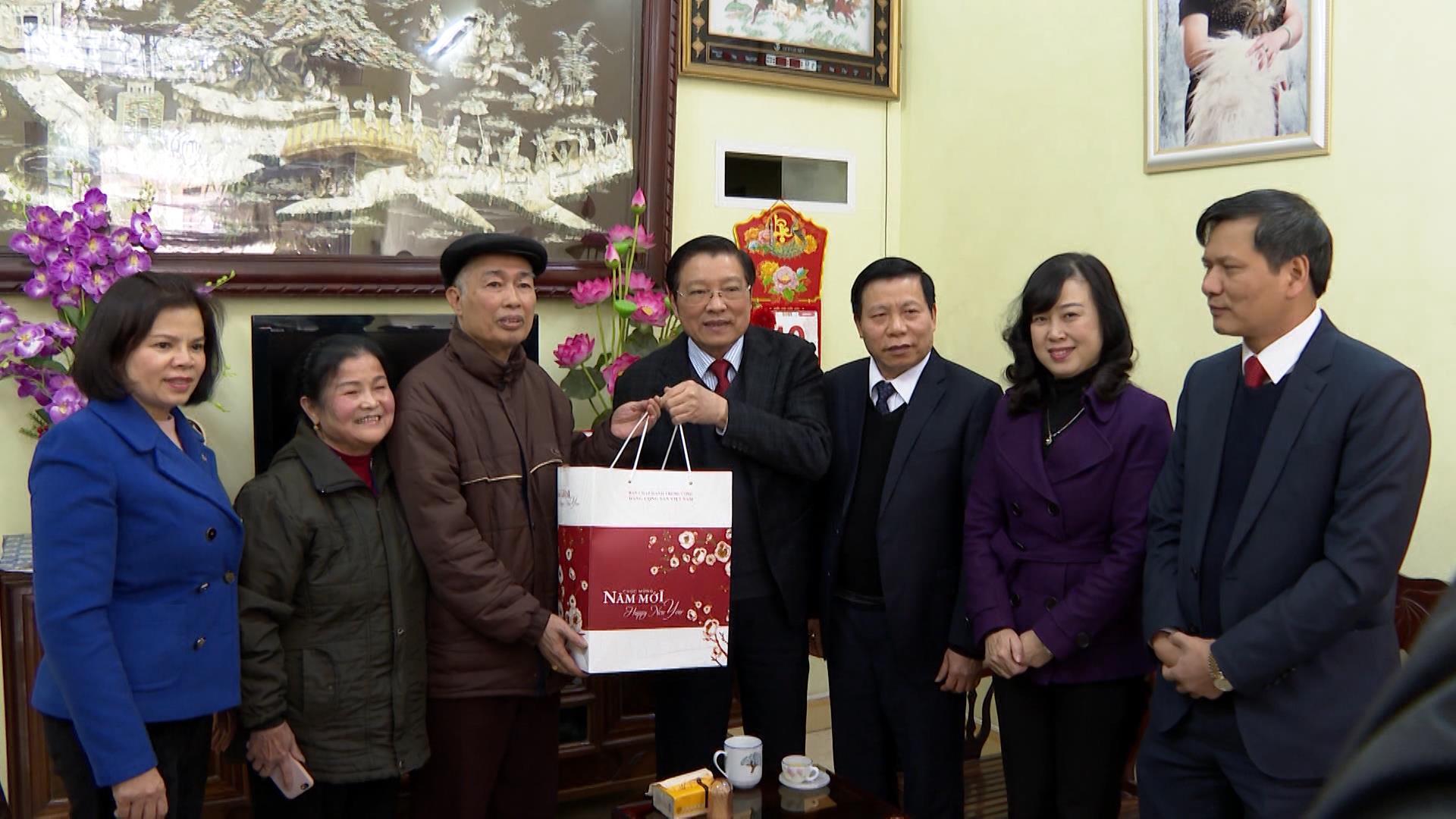 Trưởng Ban Nội chính Trung ương tặng quà đối tượng chính sách