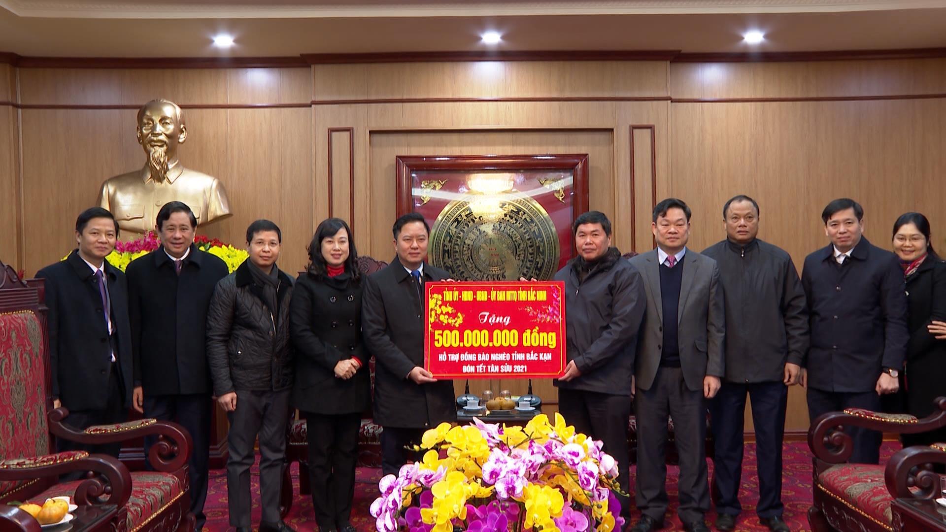Bí thư Tỉnh ủy Đào Hồng Lan thăm, tặng quà tại tỉnh Bắc Kạn