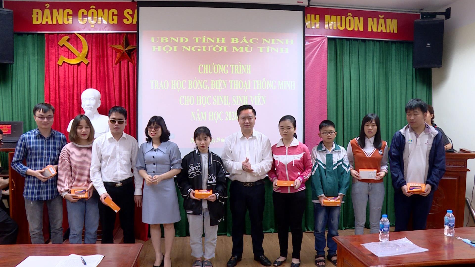 Trao học bổng cho học sinh – sinh viên khiếm thị