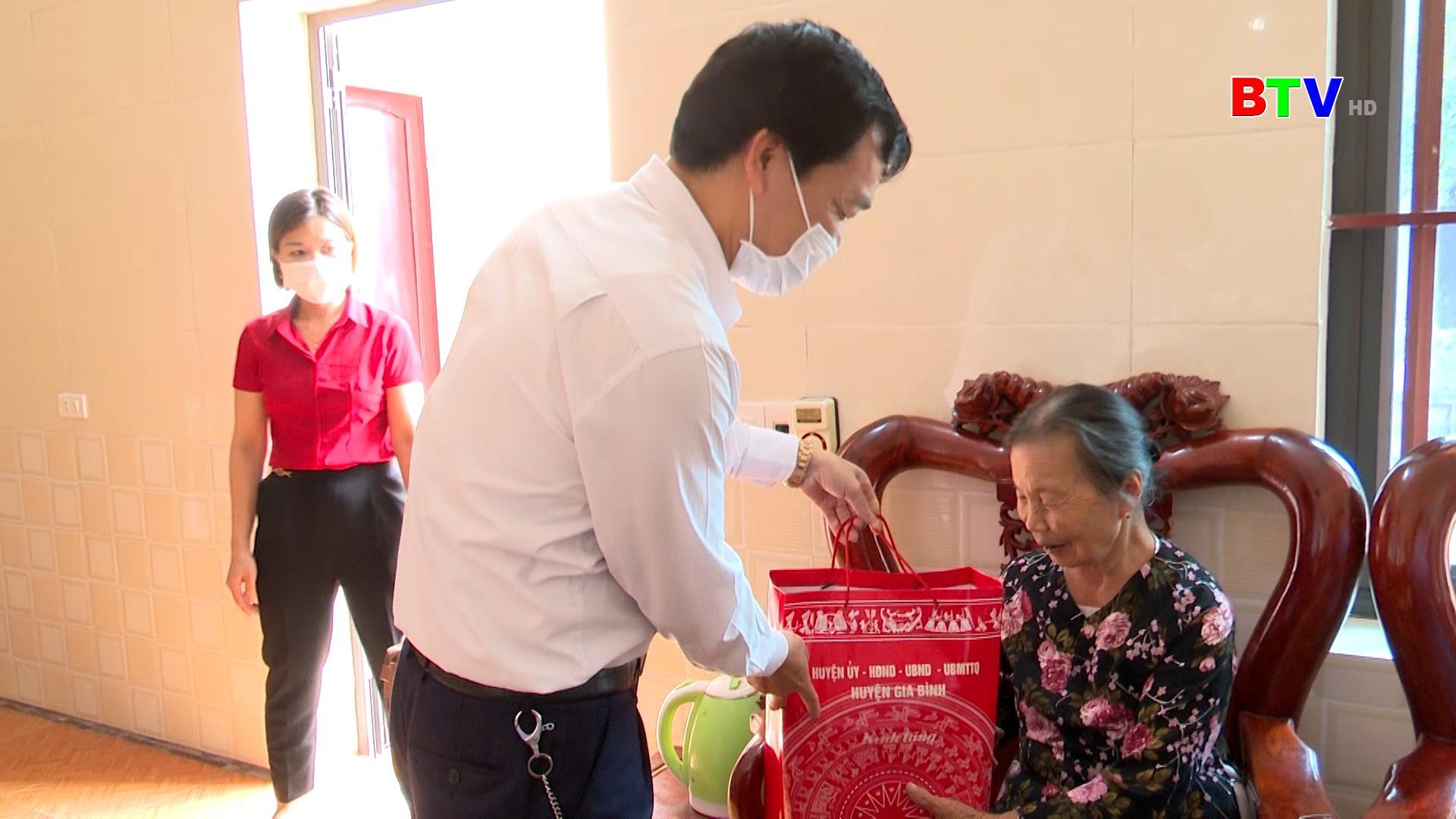 Huyện Gia Bình thăm, tặng quà Mẹ Việt Nam anh hùng, thương binh nặng
