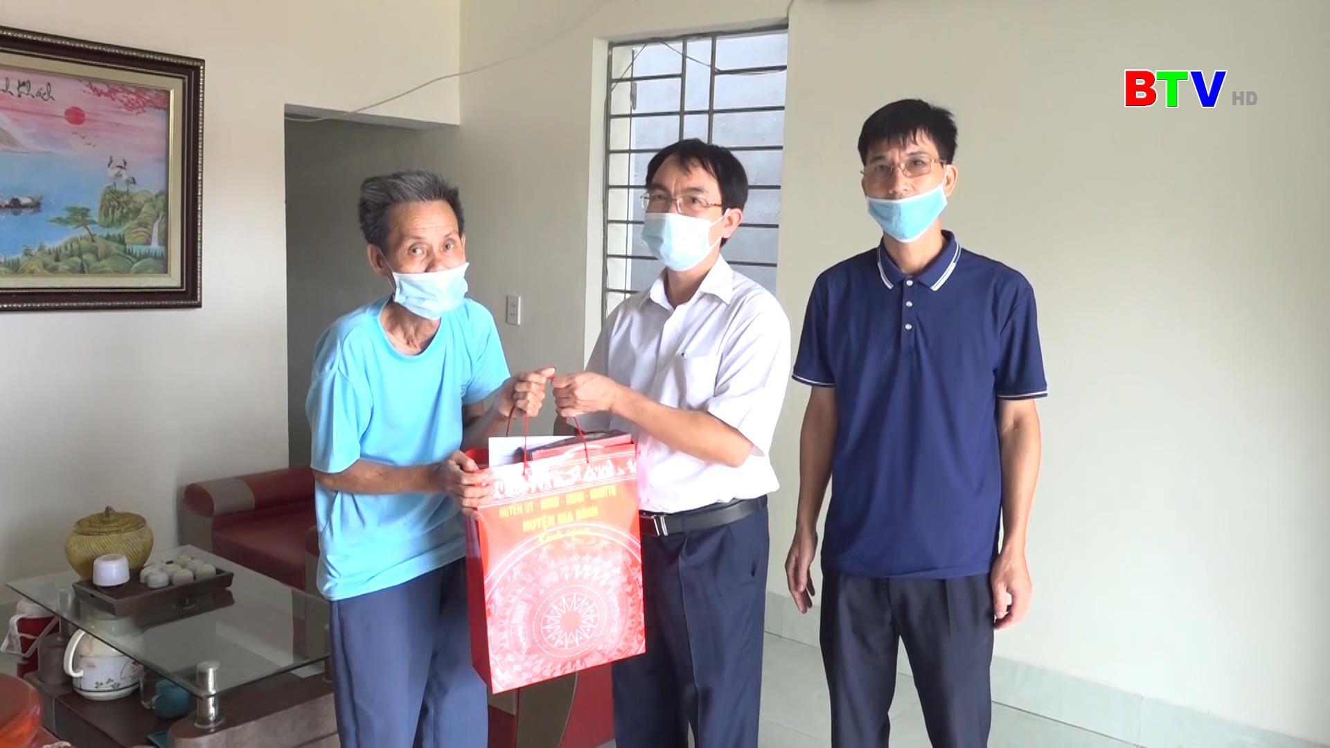 Huyện Gia Binh thăm, tặng quà nạn nhân chất độc da cam