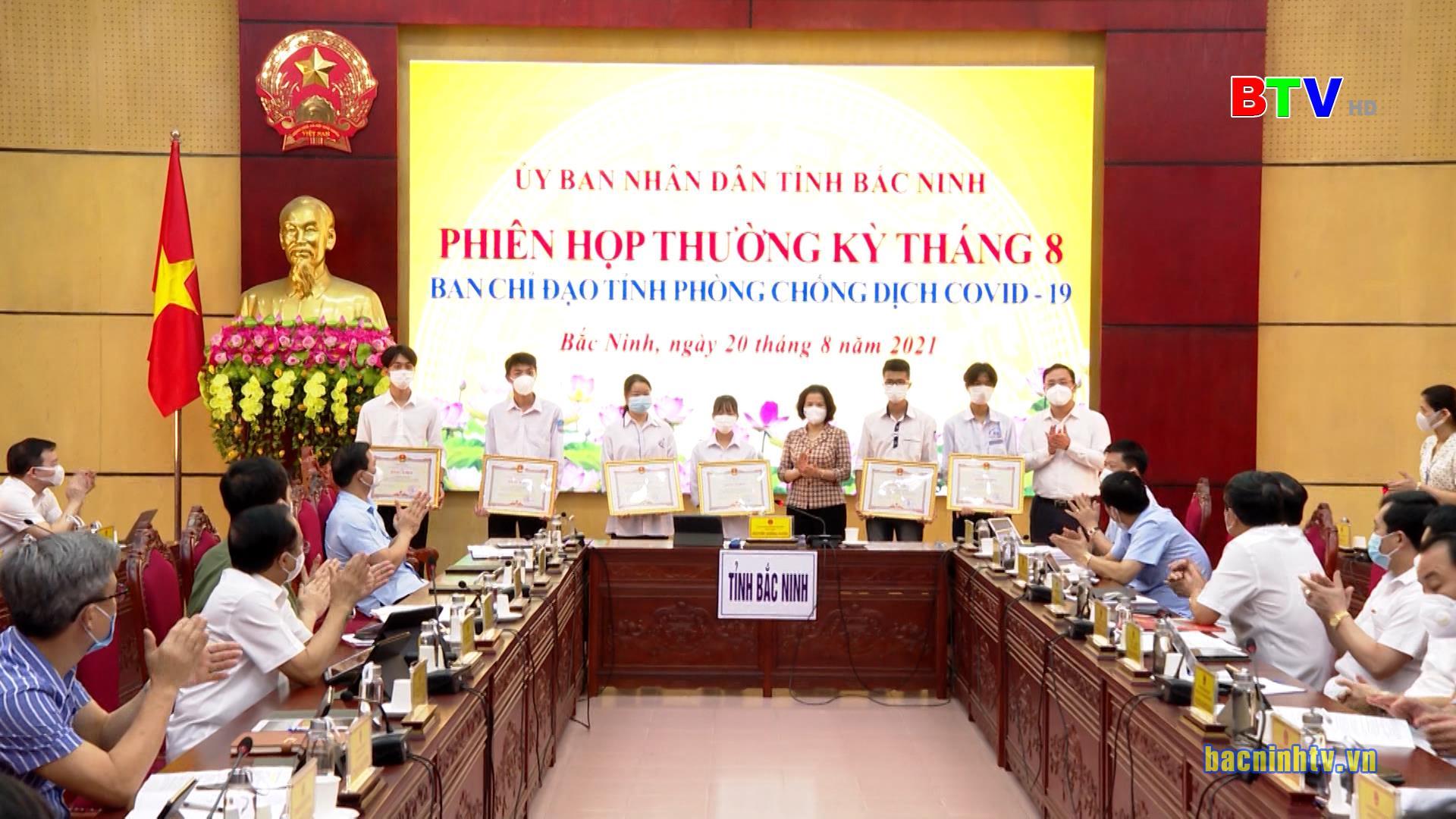 Chủ tịch UBND tỉnh khen thưởng chuyên đề tháng 8