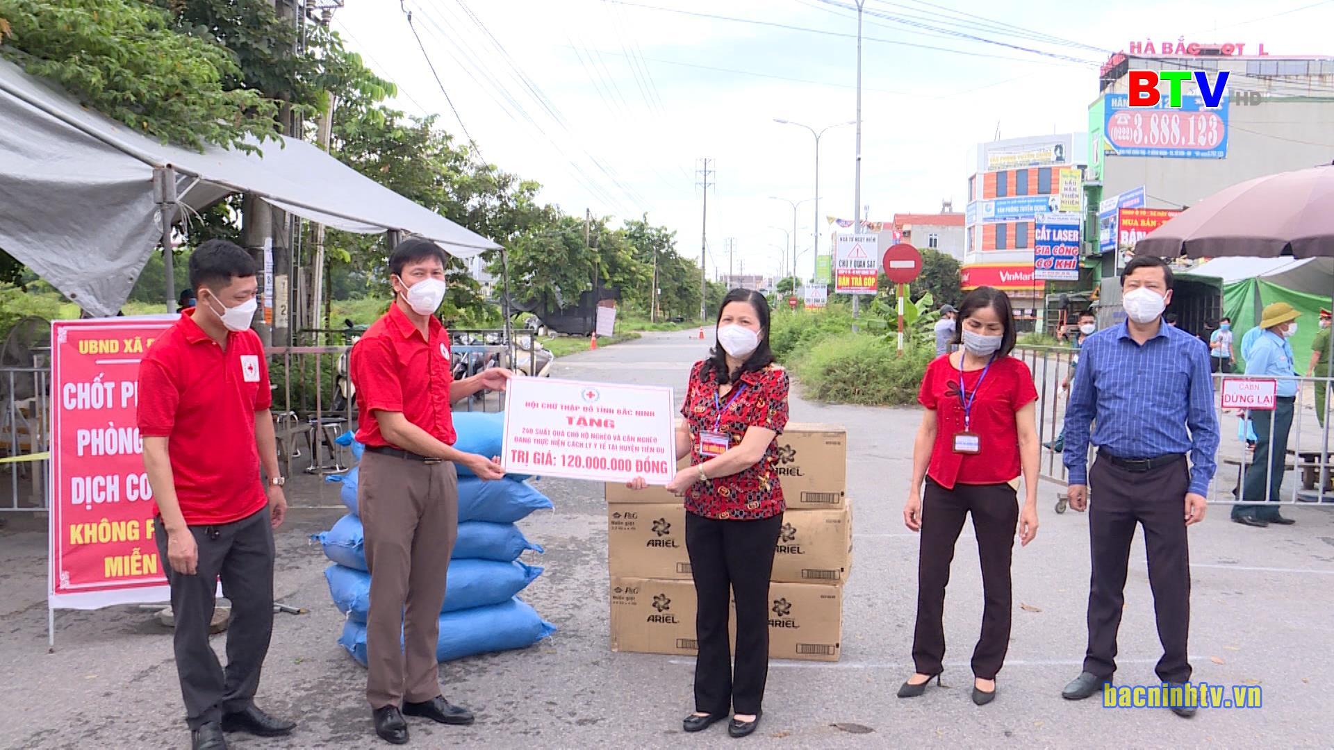 Hội Chữ thập đỏ tỉnh tặng quà tại huyện Tiên Du và thị xã Từ Sơn