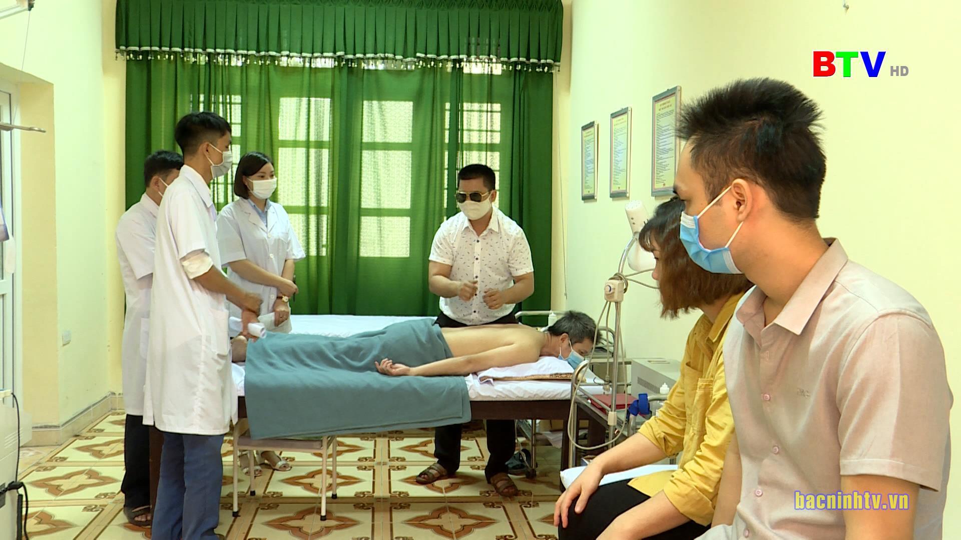 Bế giảng khóa học xoa bóp, bấm huyệt nâng cao cho người mù