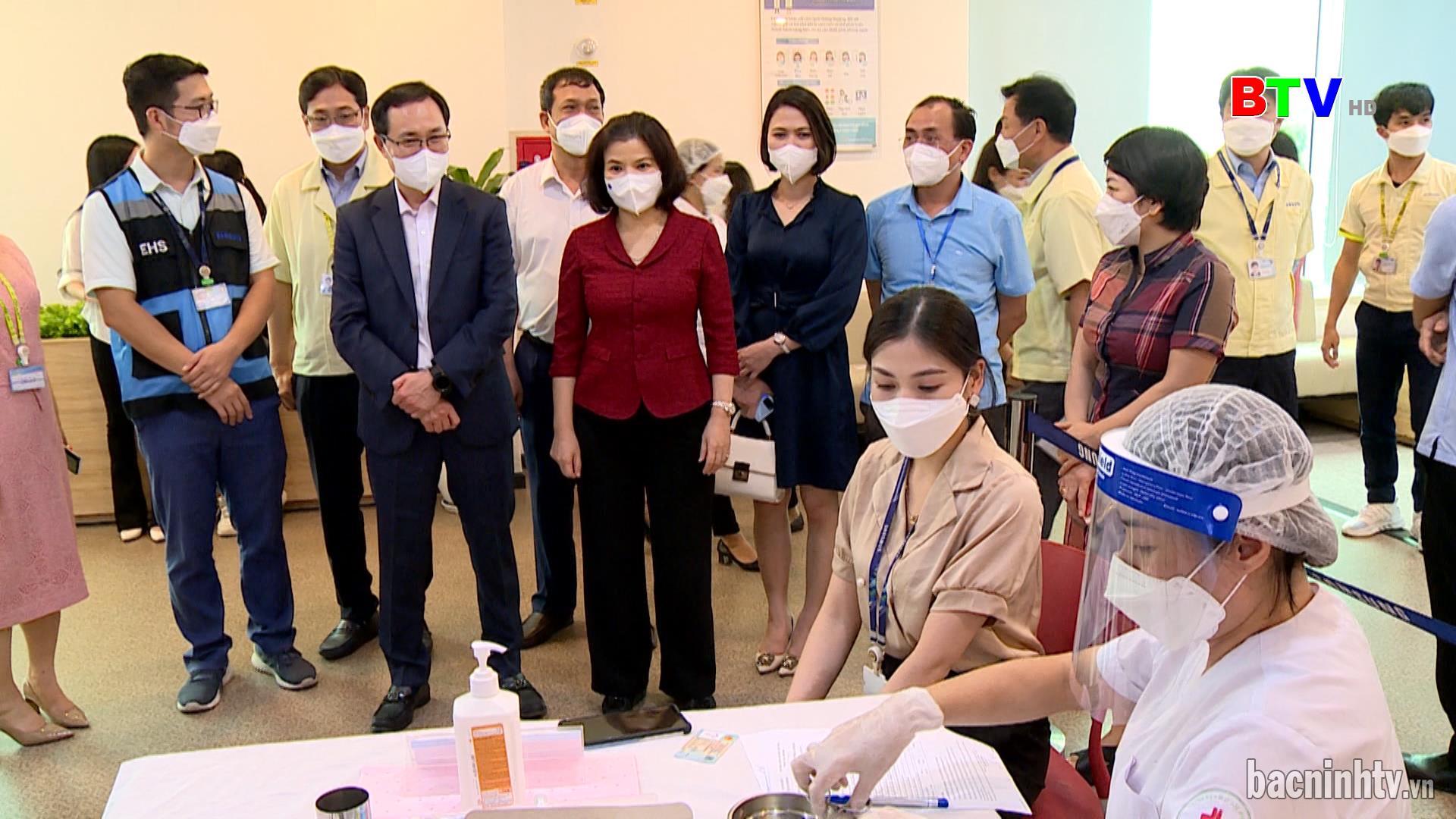 Chủ tịch UBND tỉnh kiểm tra điểm tiêm vắc xin tại Công ty Samsung