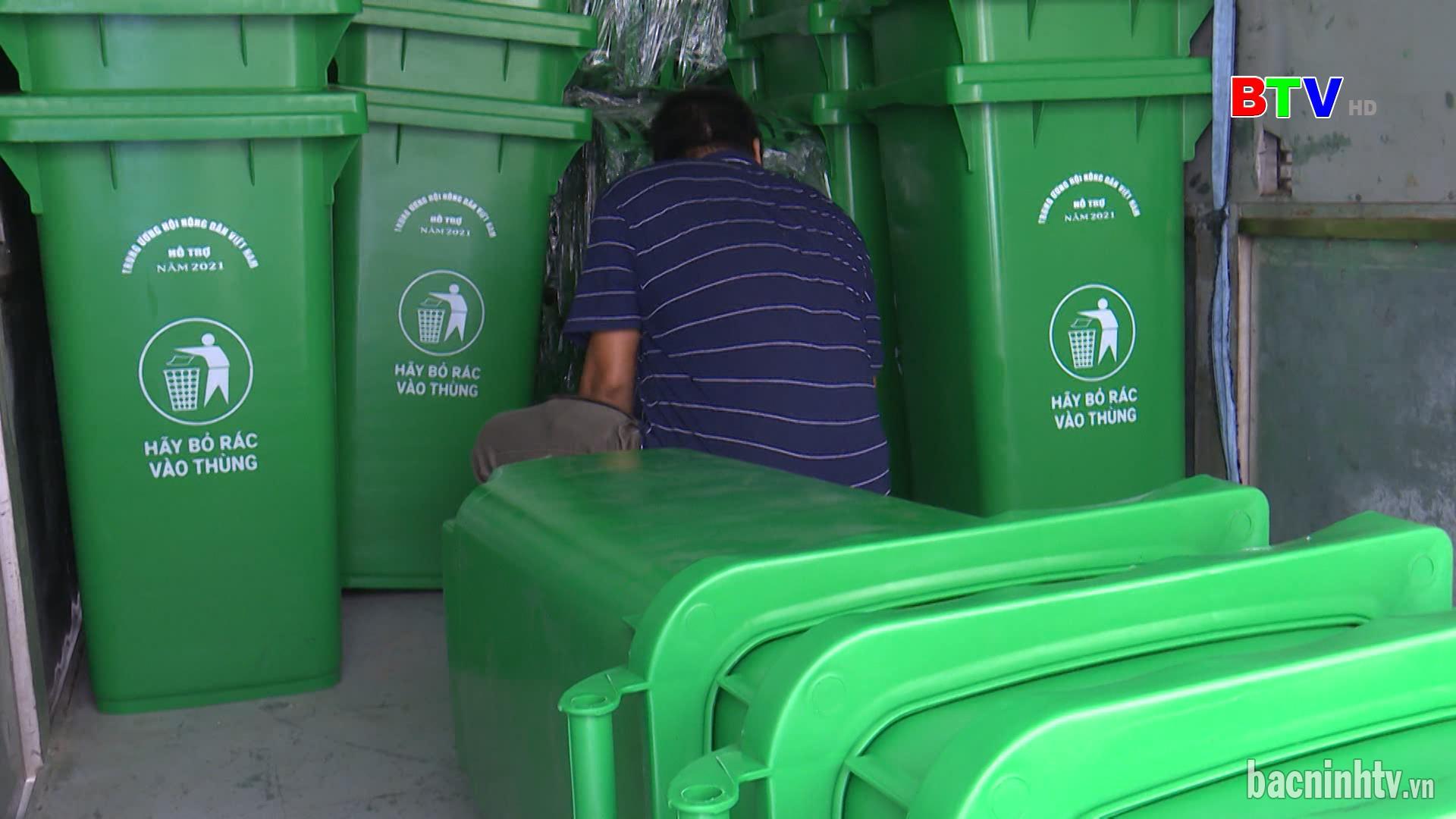 Hội Nông dân tỉnh bàn giao thùng thu gom, phân loại rác tại Thuận Thành
