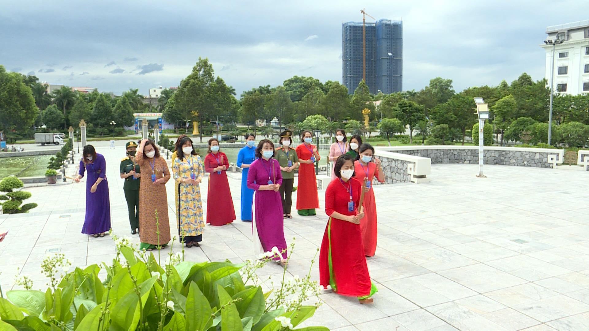 Đoàn đại biểu dự Đại hội đại biểu Phụ nữ tỉnh dâng tưởng niệm các anh hùng, liệt sỹ